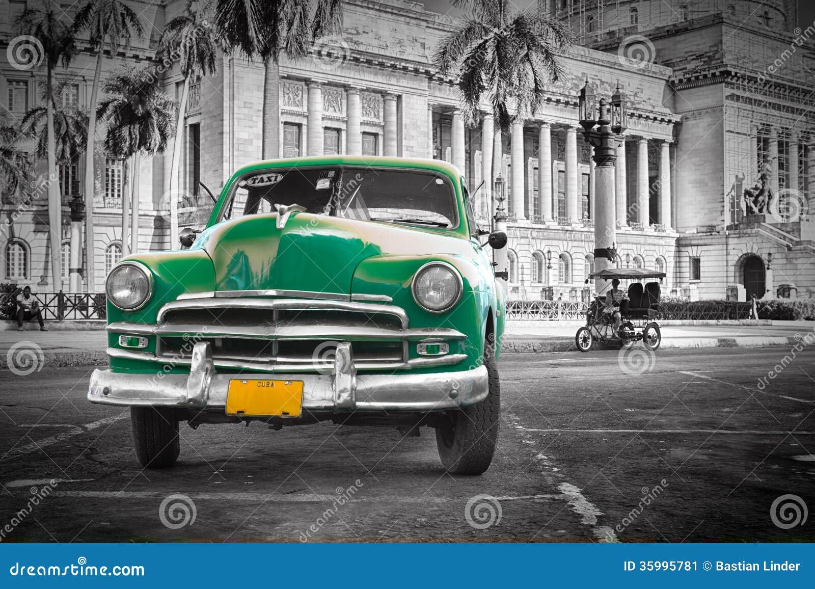 vieille voiture verte au capitol havanna cuba image stock image du vert vieux 35995781. Black Bedroom Furniture Sets. Home Design Ideas