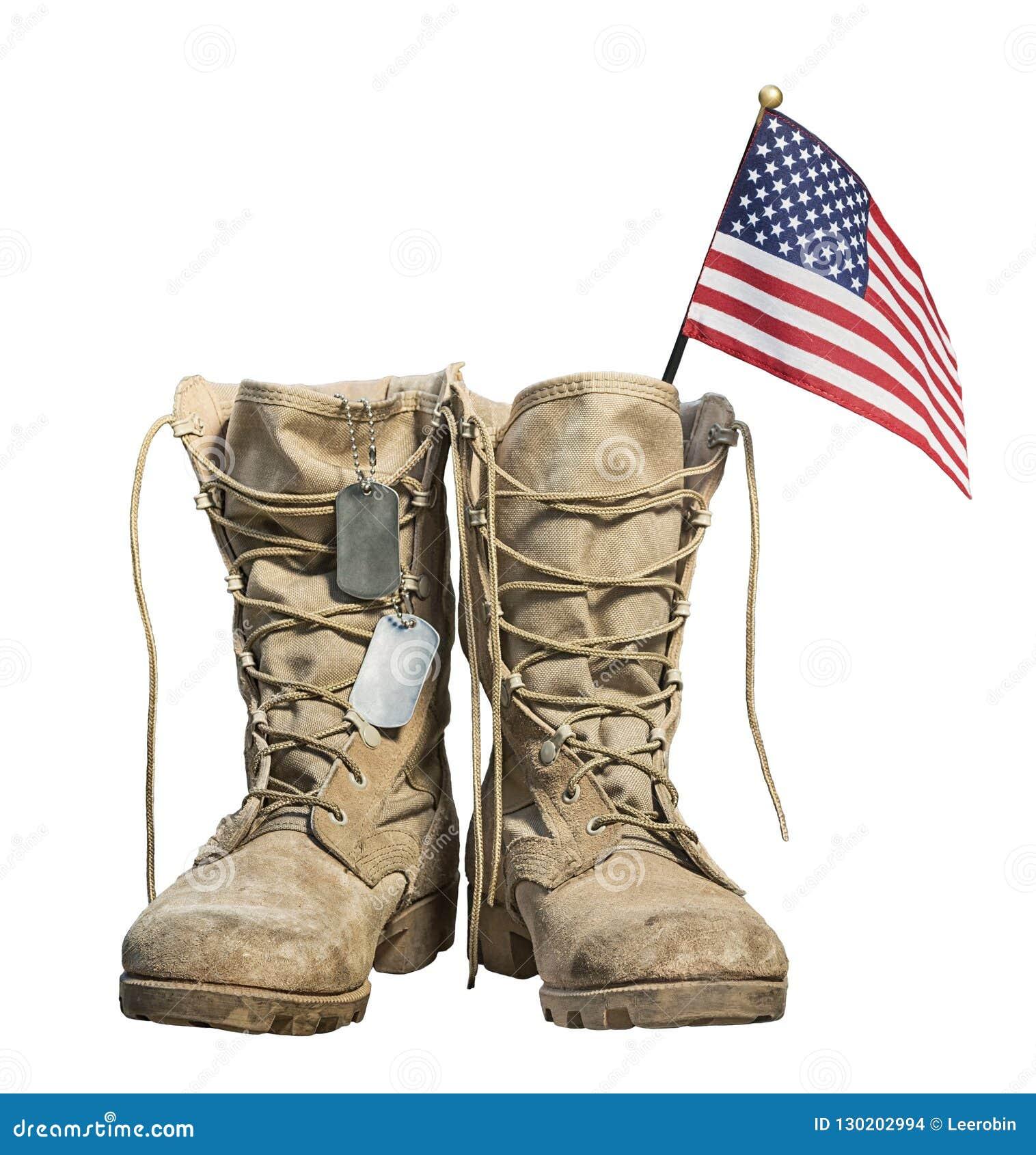 Vieilles bottes de combat militaires avec le drapeau américain et les étiquettes de chien