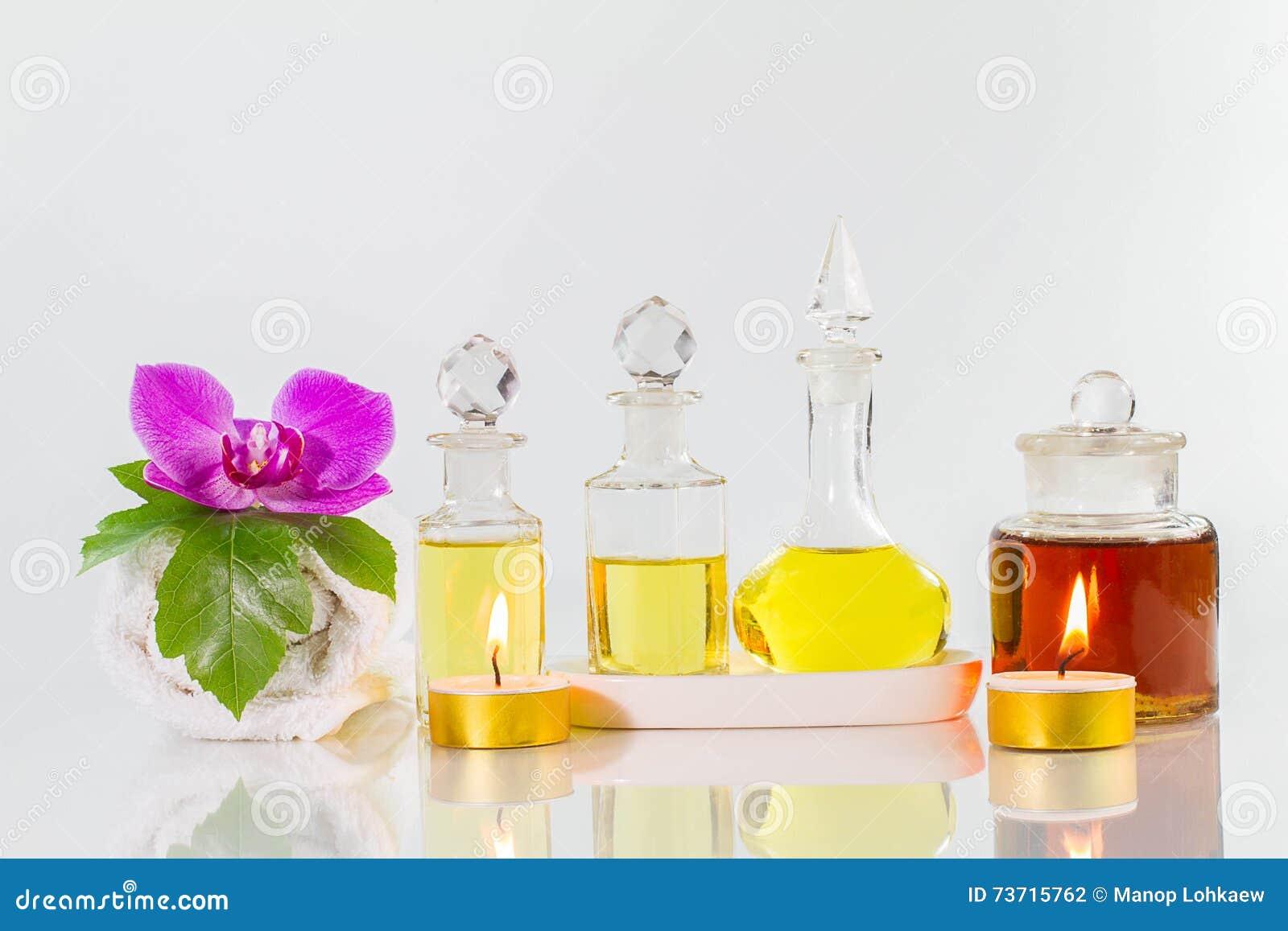 Vieilles bouteilles d 39 huiles aromatiques avec des bougies fleurs feuille serviette sur la - La bouteille sur la table ...