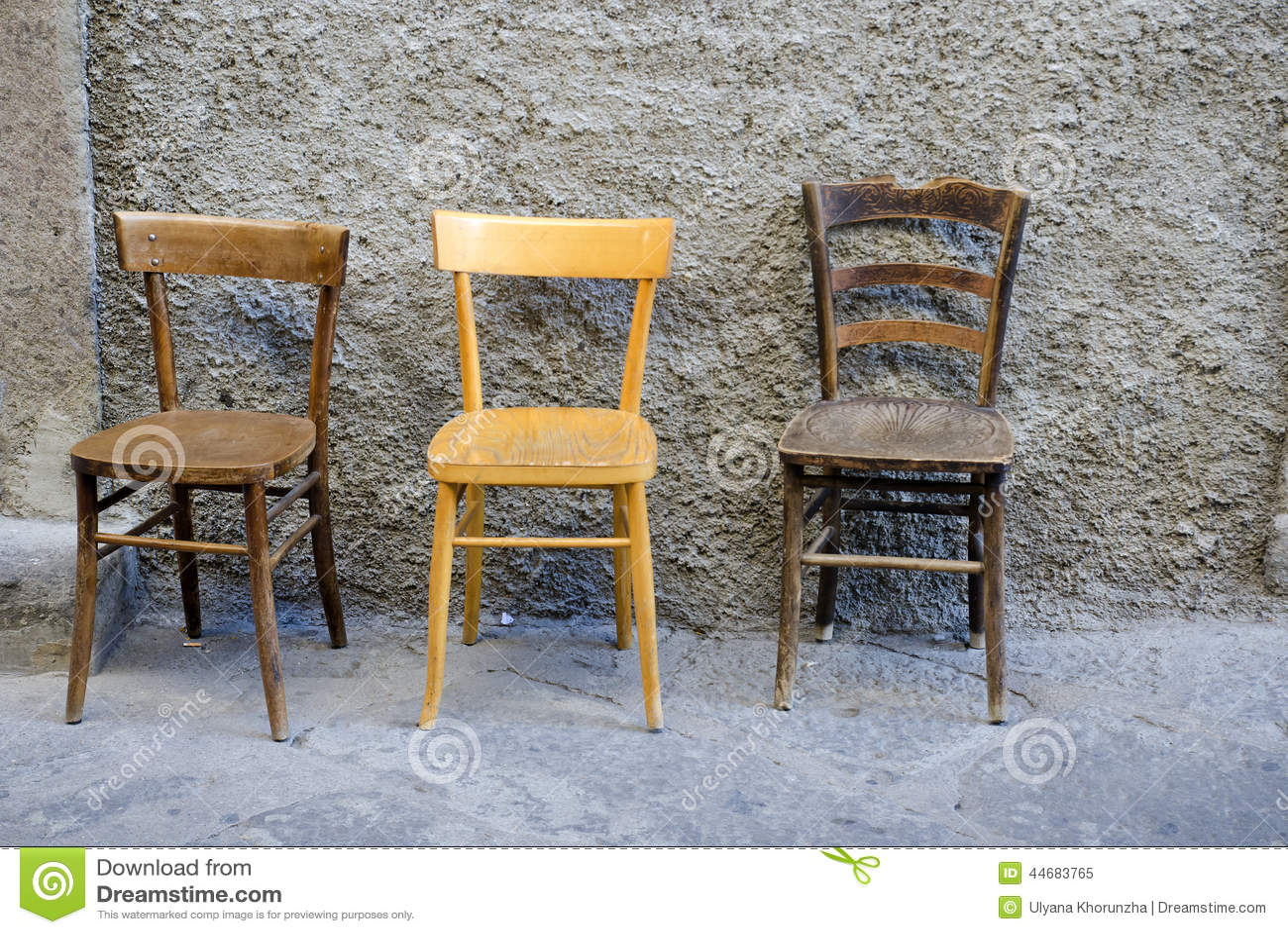 Vieilles chaises en bois d 39 arbre image stock image 44683765 for Vieille chaise en bois