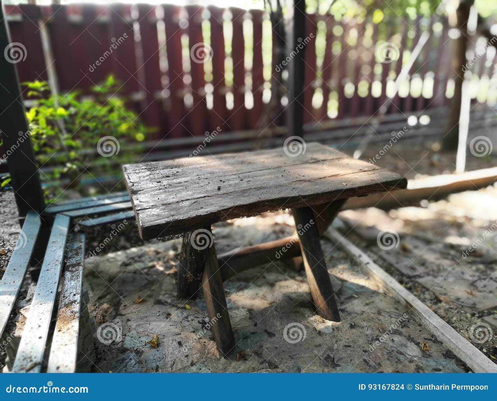 Vieilles Dans Jardin stock Bois En Le Photo Image Chaises 8PkXZwONn0
