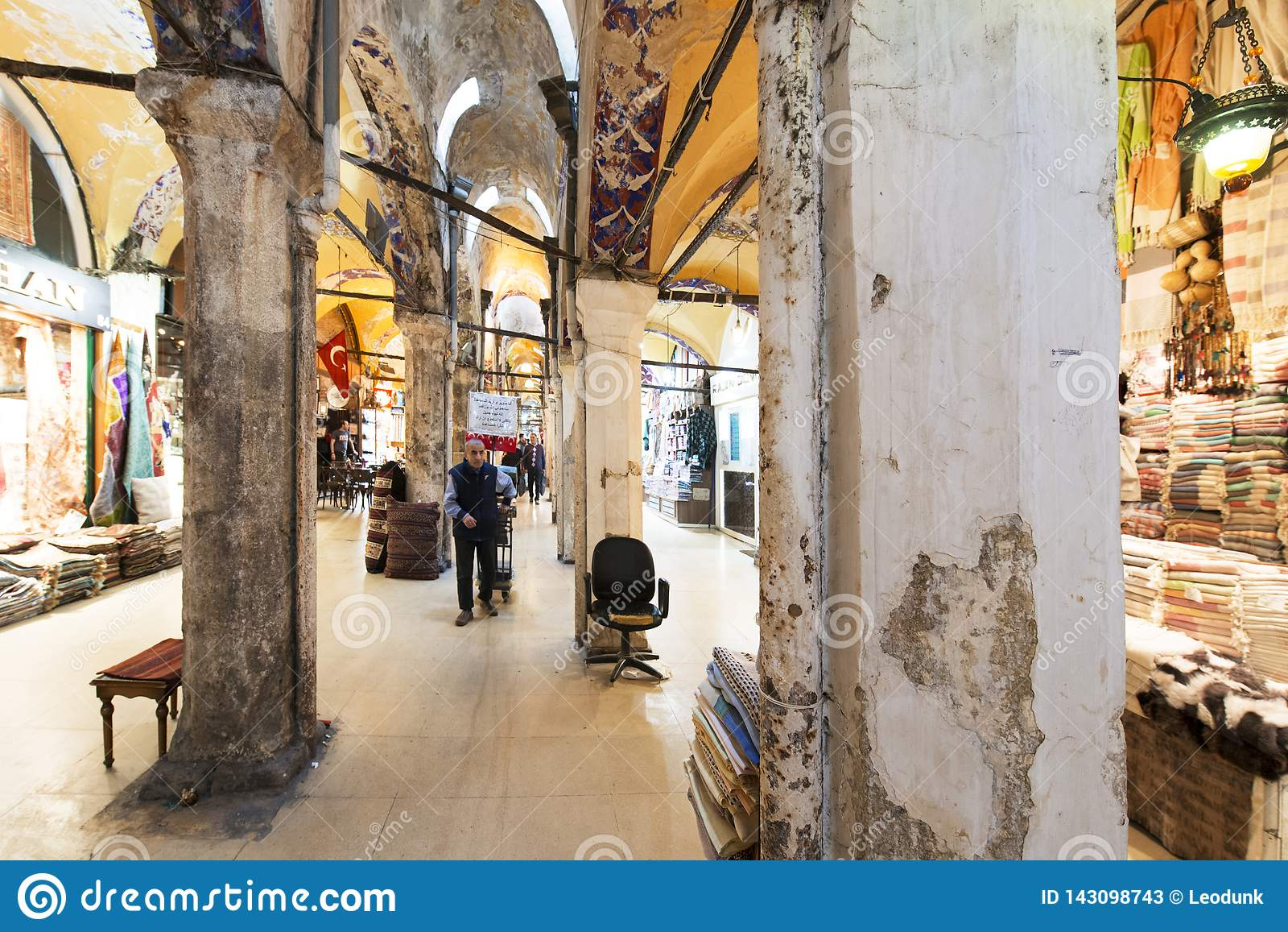 Vieilles colonnes dans le bazar grand, un du centre commercial le plus ancien dans l histoire Ce marché est à Istanbul, Turquie