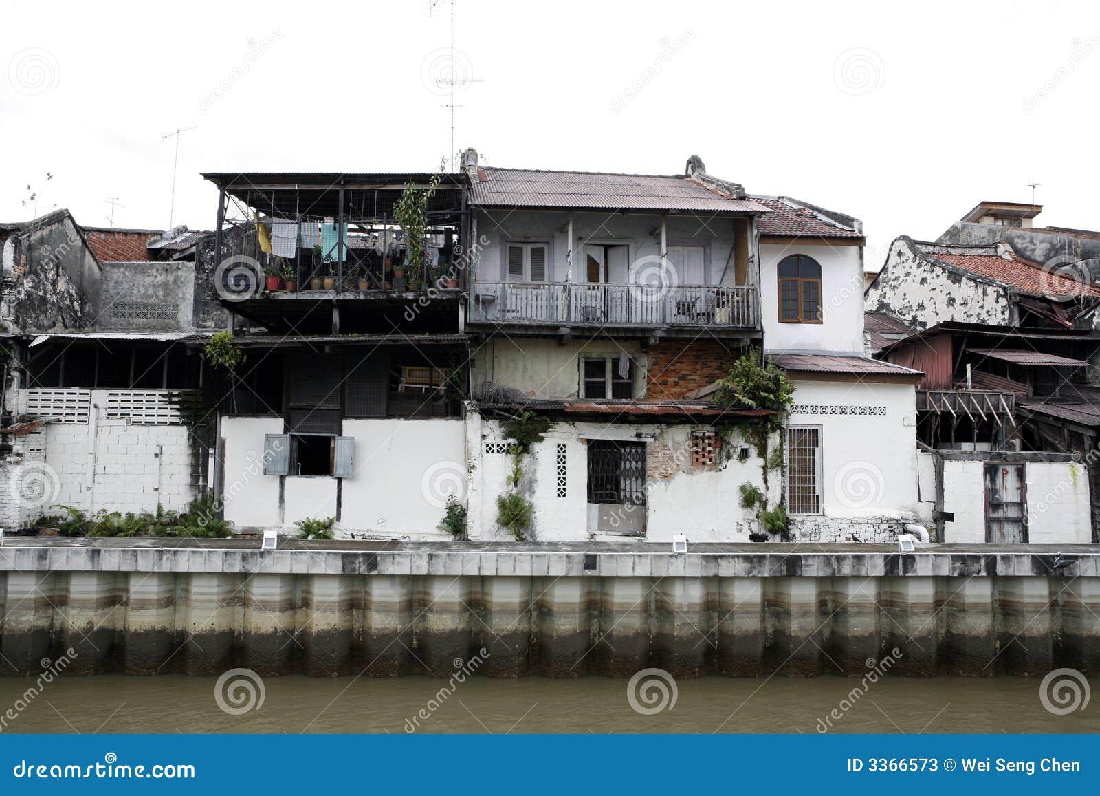 Vieilles constructions dans le délabrement