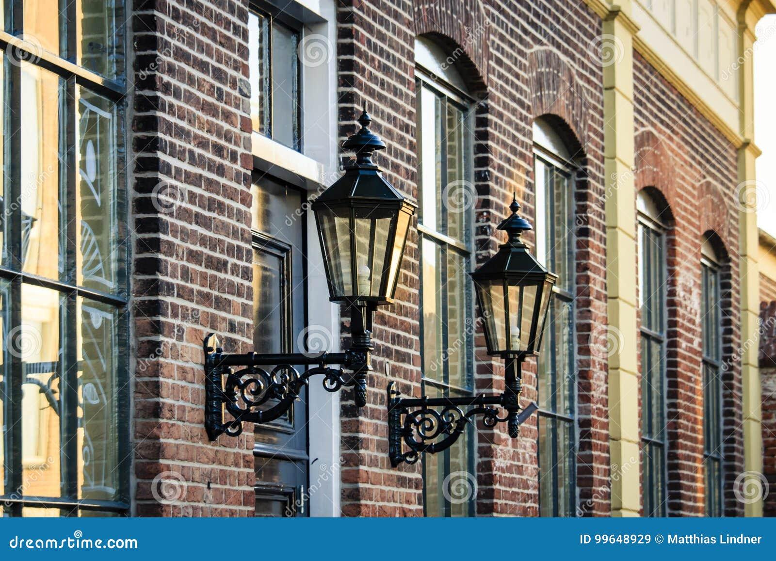 Vieilles lanternes de rue sur un bâtiment historique