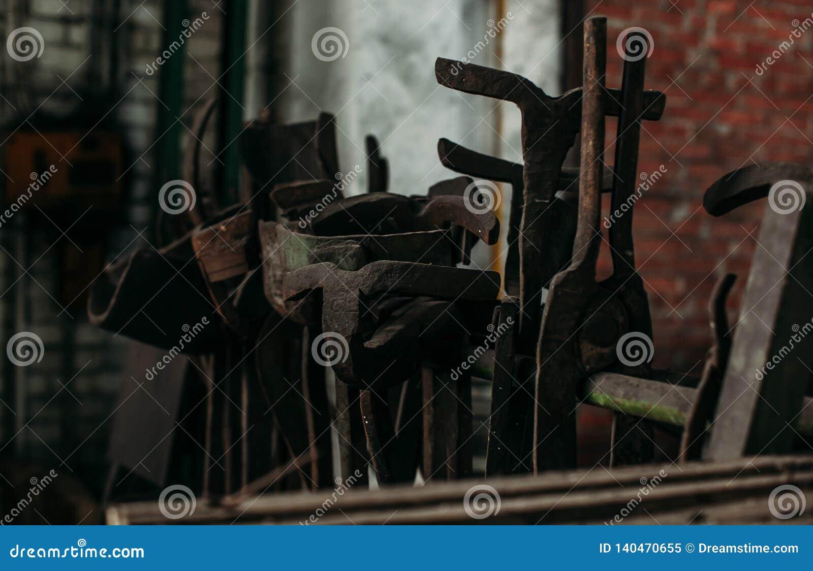Vieilles machines-outils industrielles dans l atelier Équipement rouillé en métal dans l usine abandonnée