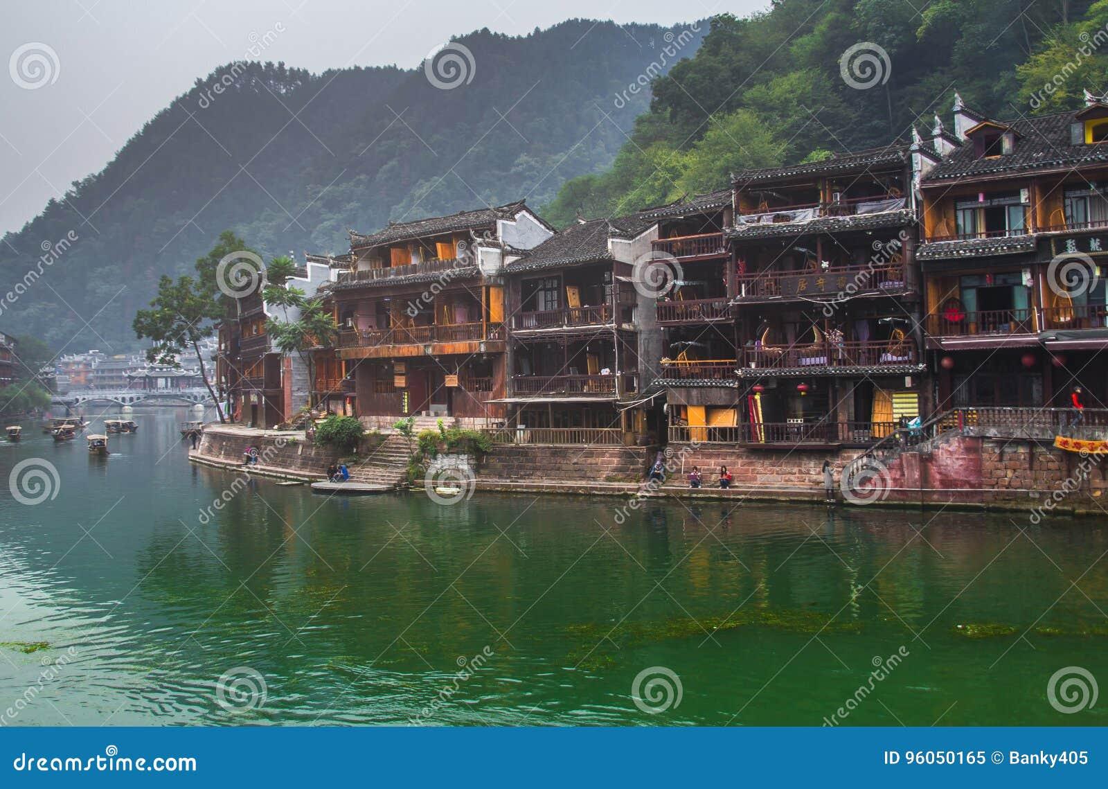 Vieilles maisons dans le comté de Fenghuang le 22 octobre 2013 dans Hunan, Chine La ville antique de Fenghuang a été ajoutée au m