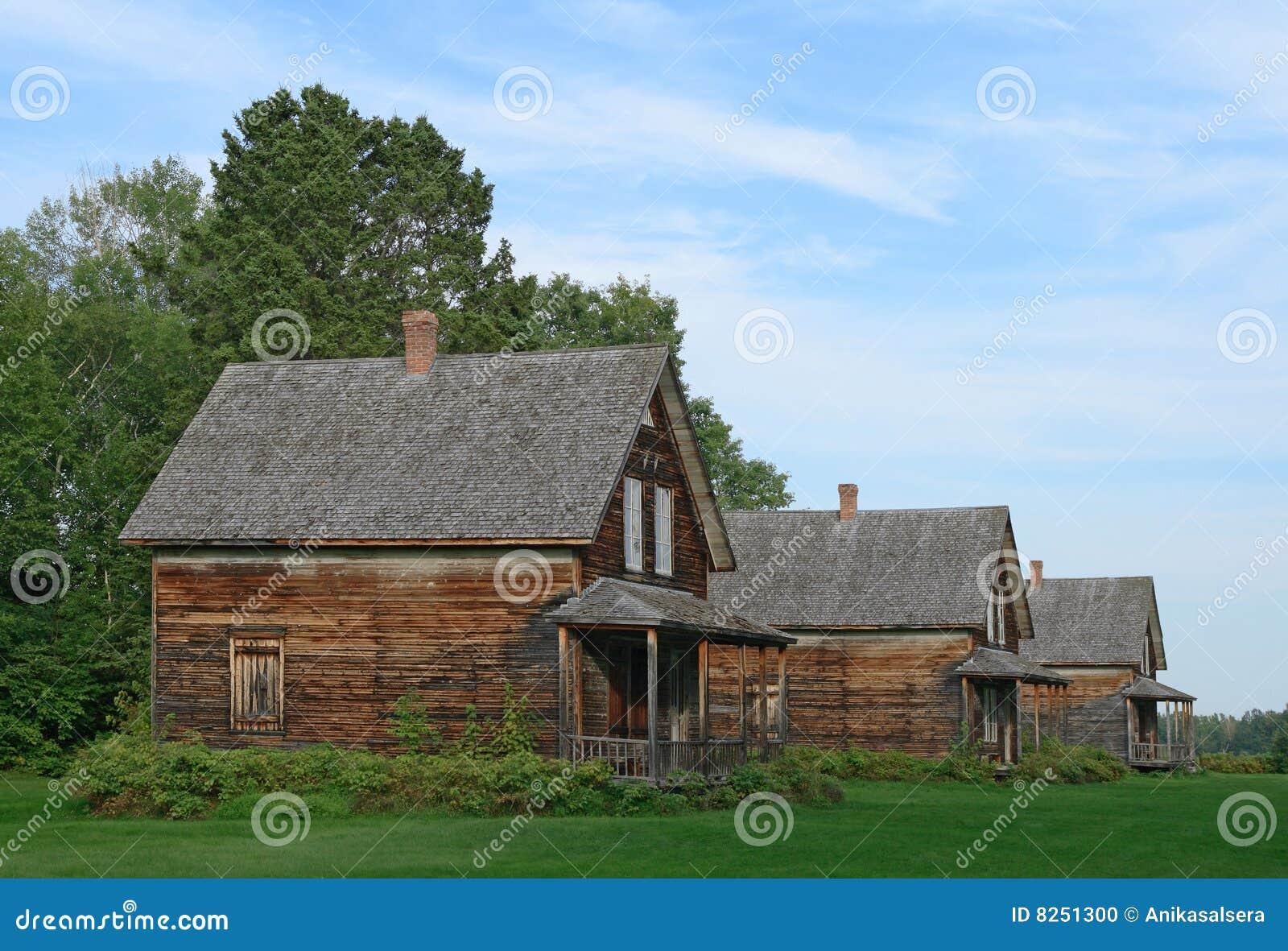 vieilles maisons de campagne en bois photo stock image du carlingue pelouse 8251300. Black Bedroom Furniture Sets. Home Design Ideas