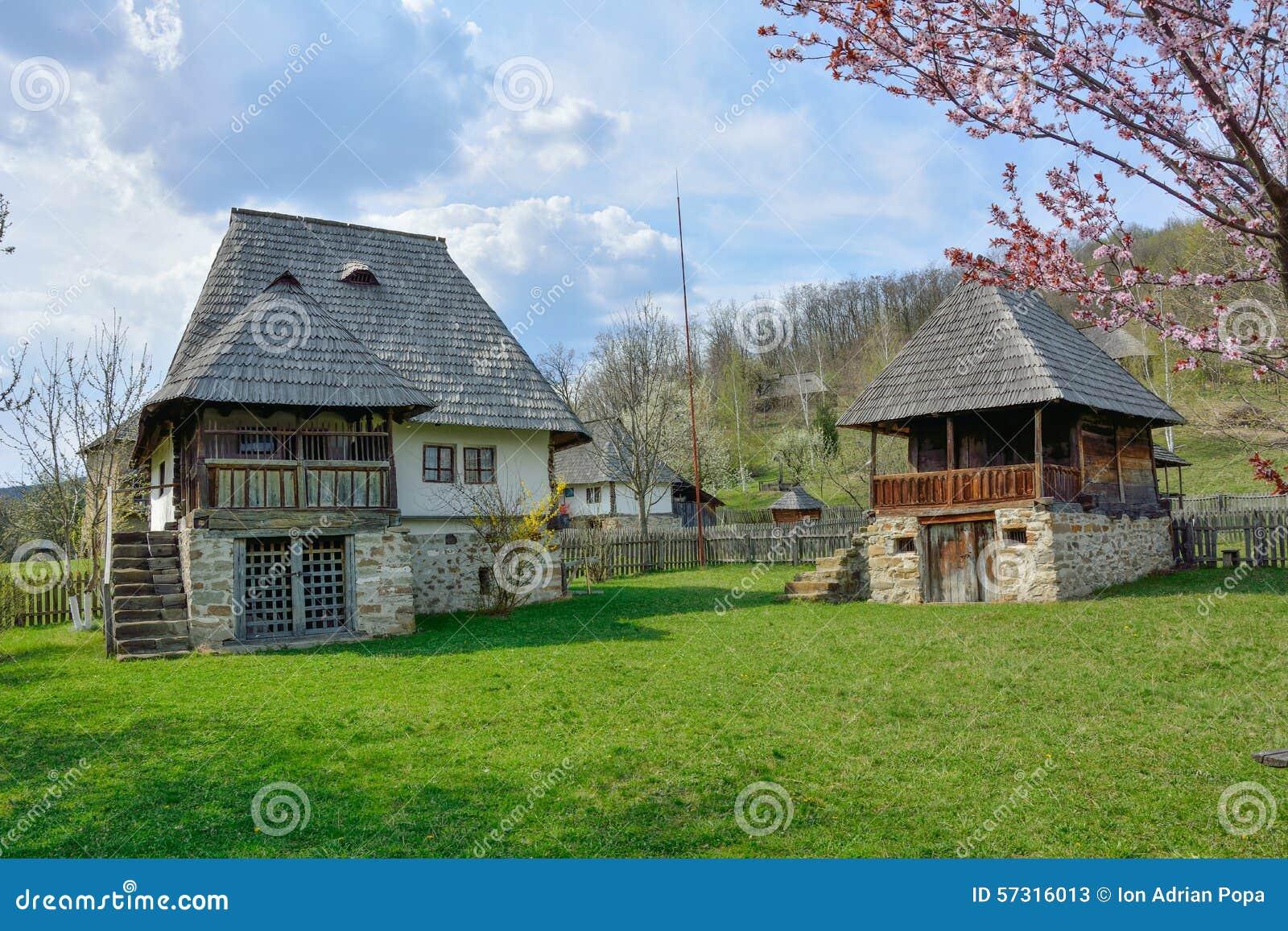 Vieilles maisons rurales roumaines dans le musée de village, Valcea, Roumanie