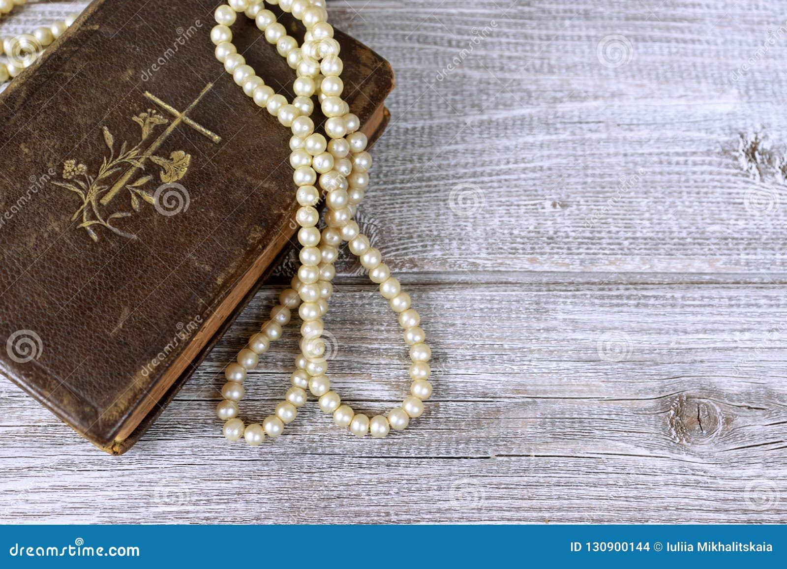 Vieilles perles de Sainte Bible et de chapelet sur la table en bois rustique