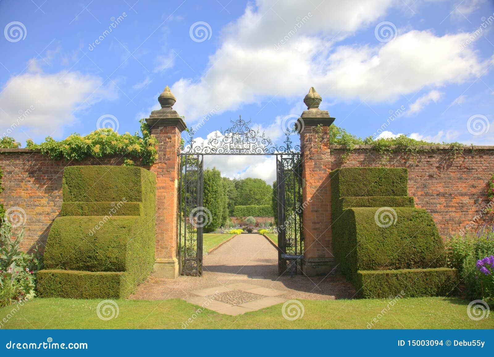 Vieilles Portes De Jardin Avec Les Arbustes Topiaires ...