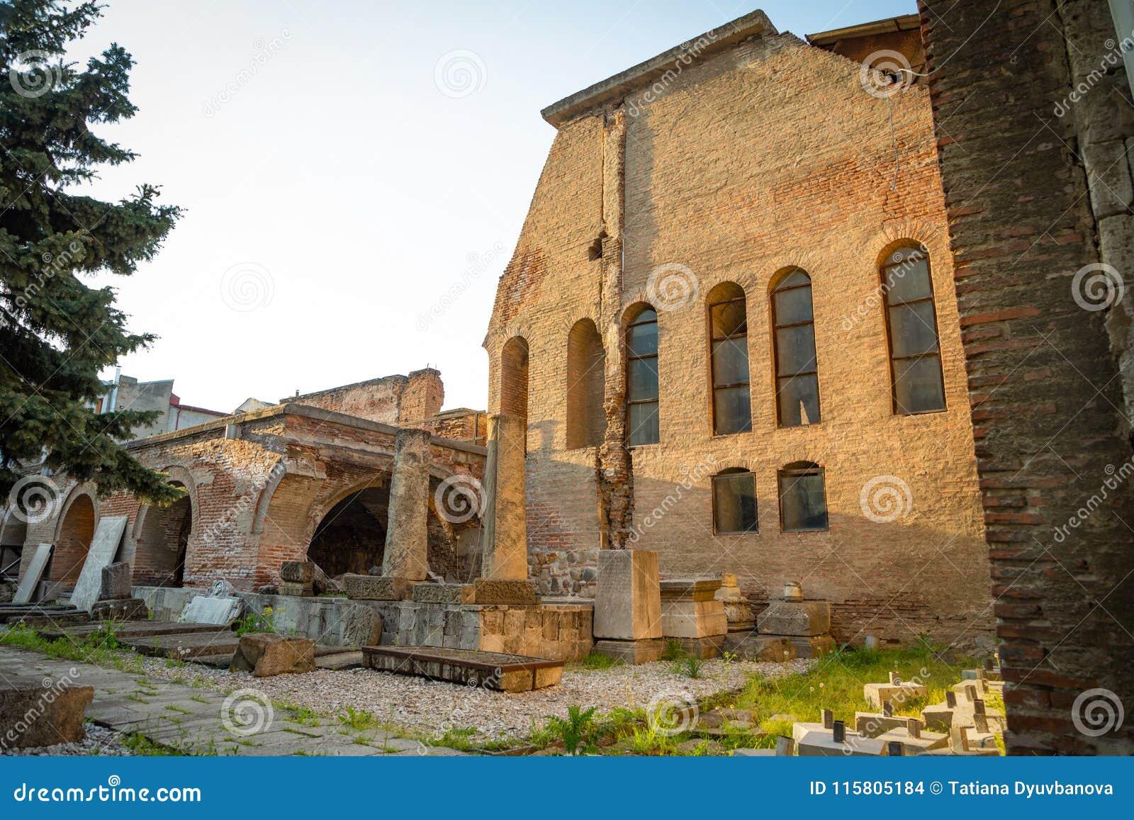 Vieilles ruines à côté de buste de Vlad Tepes, Vlad l Impaler, l inspiration pour Dracula à Bucarest