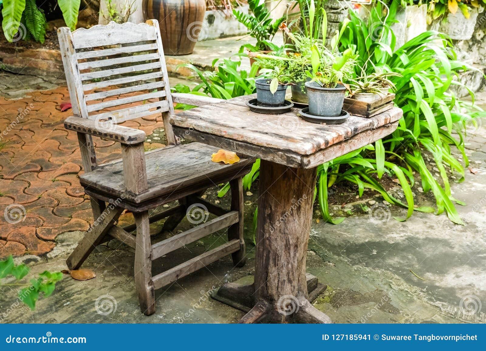Vieilles Table Et Chaise En Bois De Vintage Dans Le Jardin ...