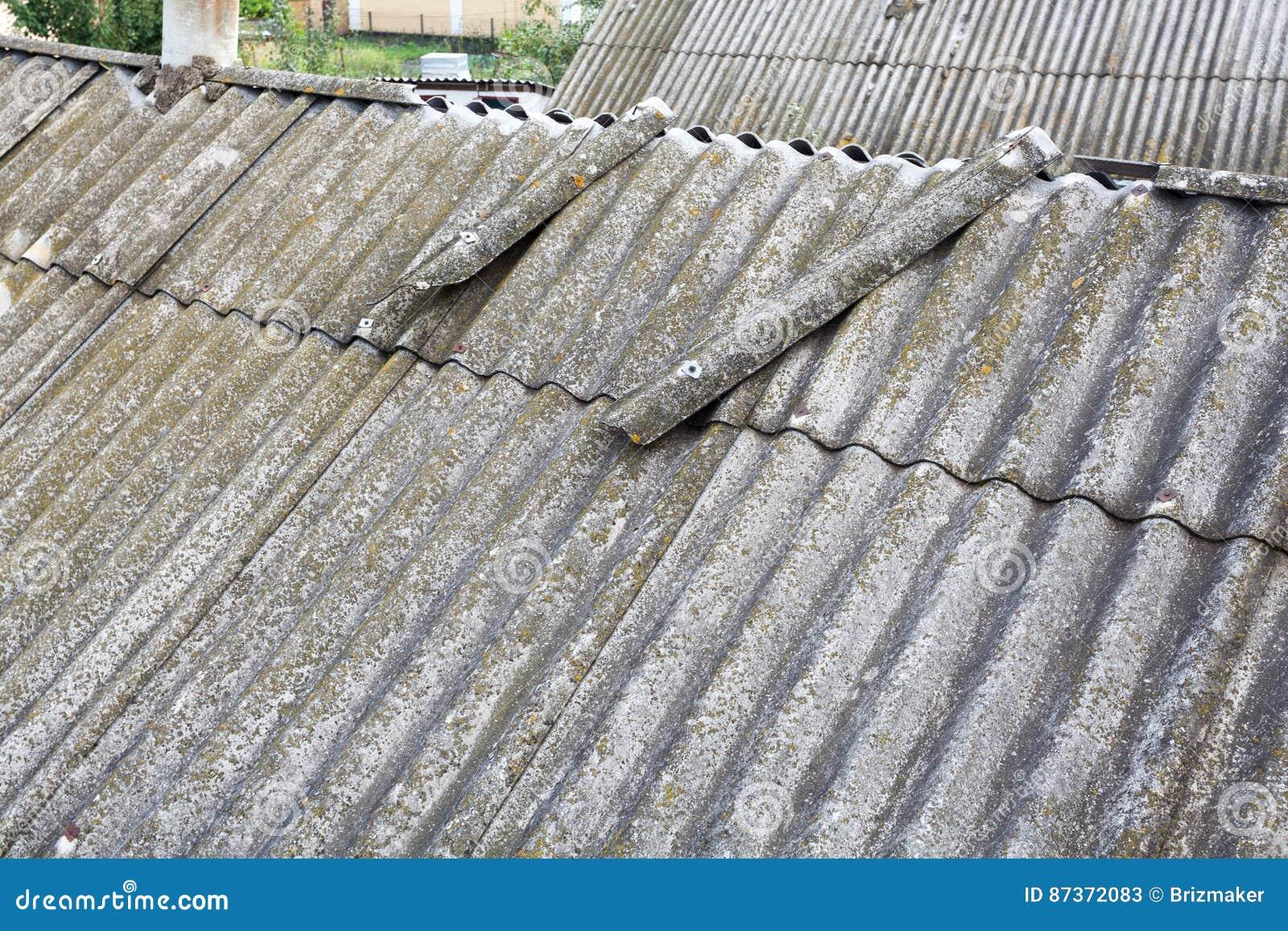 vieilles tuiles de toit dangereuses d 39 amiante image stock image du cement onde 87372083. Black Bedroom Furniture Sets. Home Design Ideas