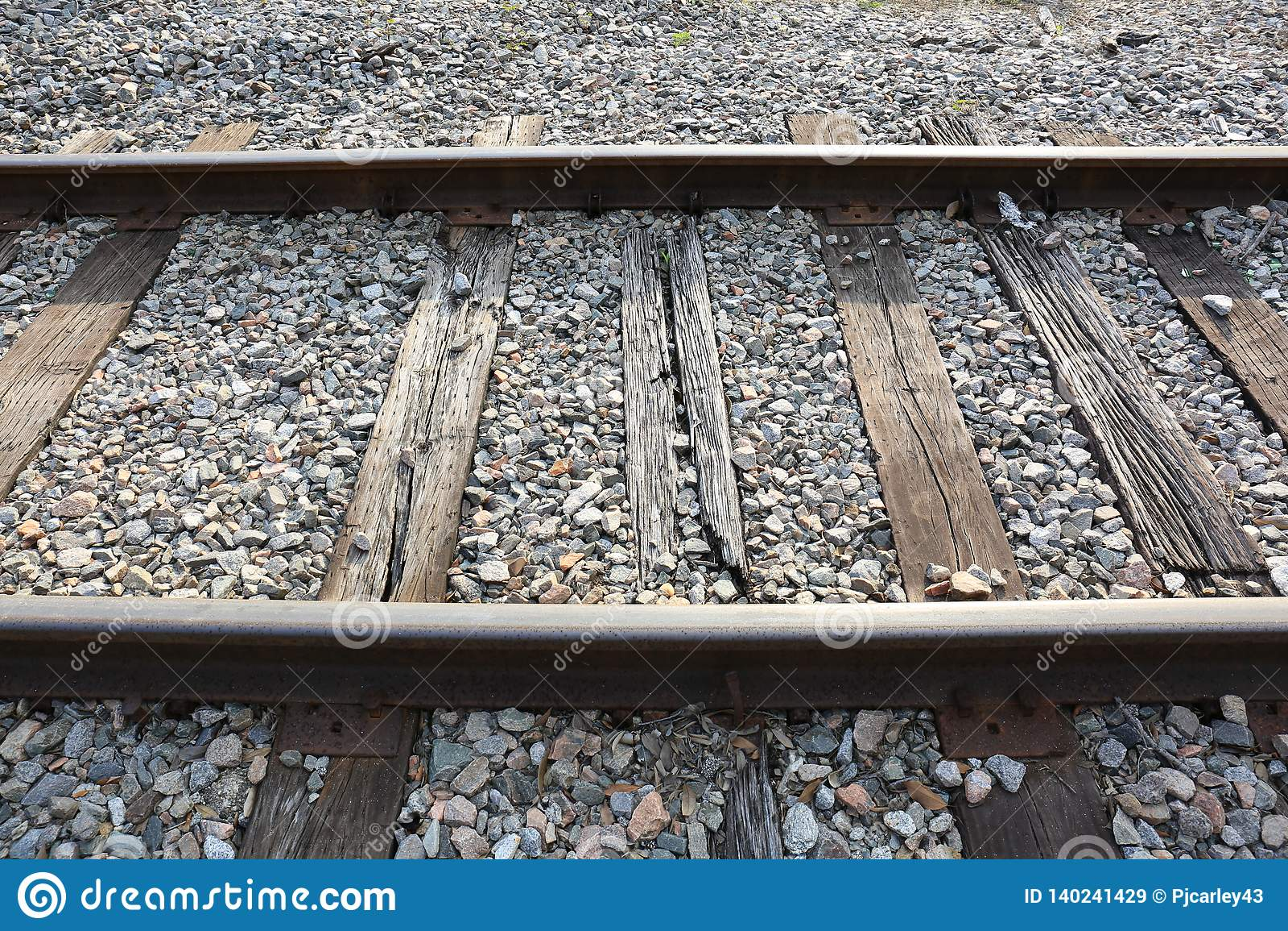 Vieilles voies ferrées avec le soleil brillant sur les rails