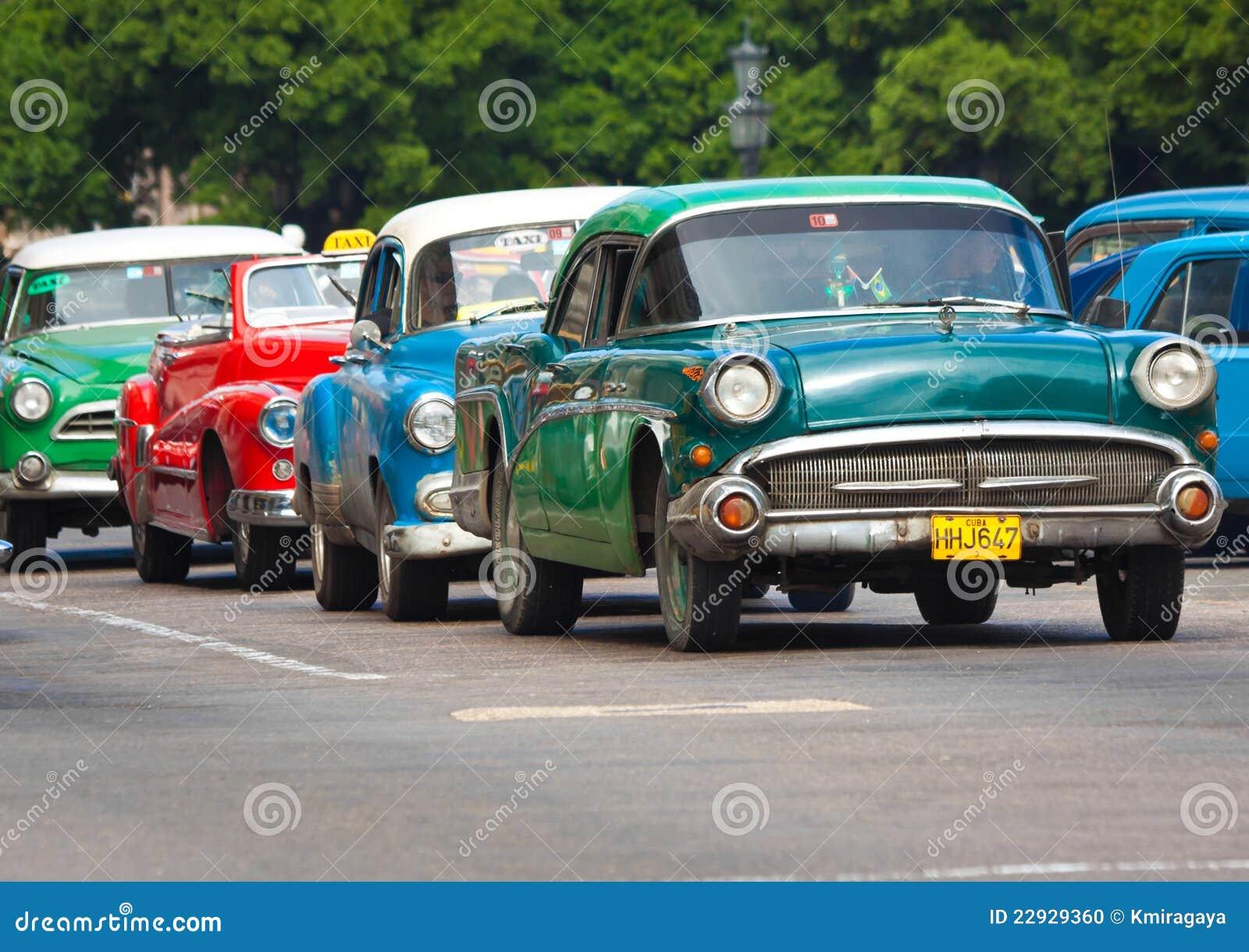 vieilles voitures am ricaines classiques dans les rues de la havane image ditorial image. Black Bedroom Furniture Sets. Home Design Ideas