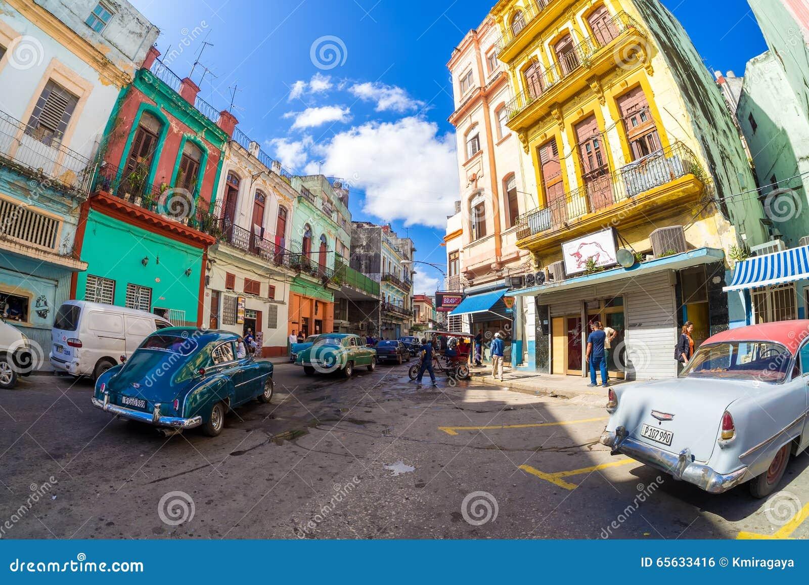 Vieilles voitures classiques et bâtiments colorés à La Havane