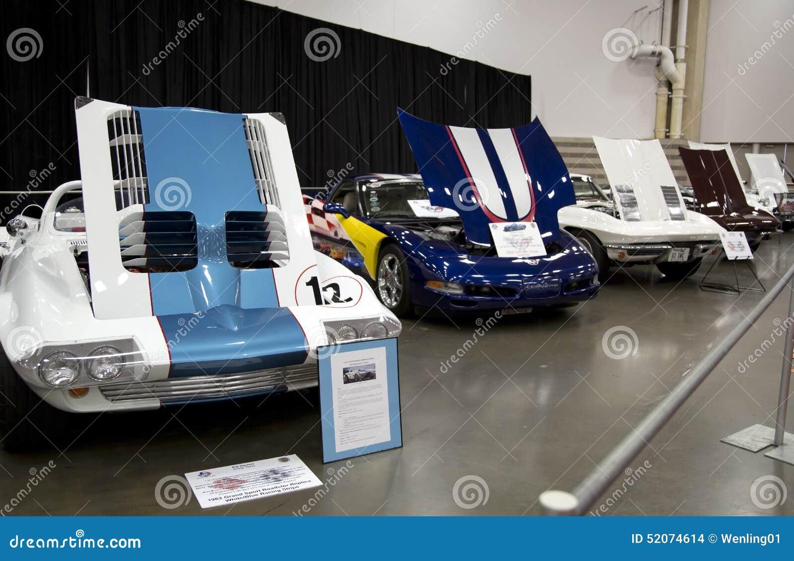Vieilles voitures de sport sur le salon de l Auto