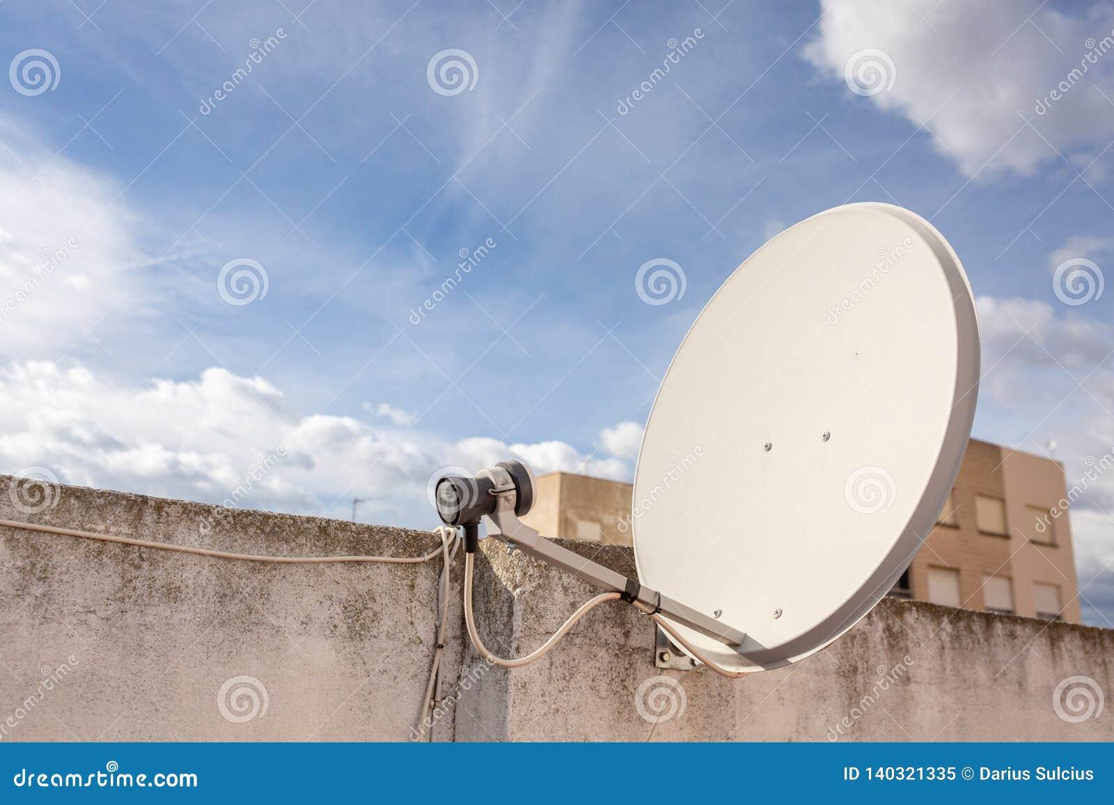 Vieja antena parabólica en el edificio del apartament en España Día asoleado