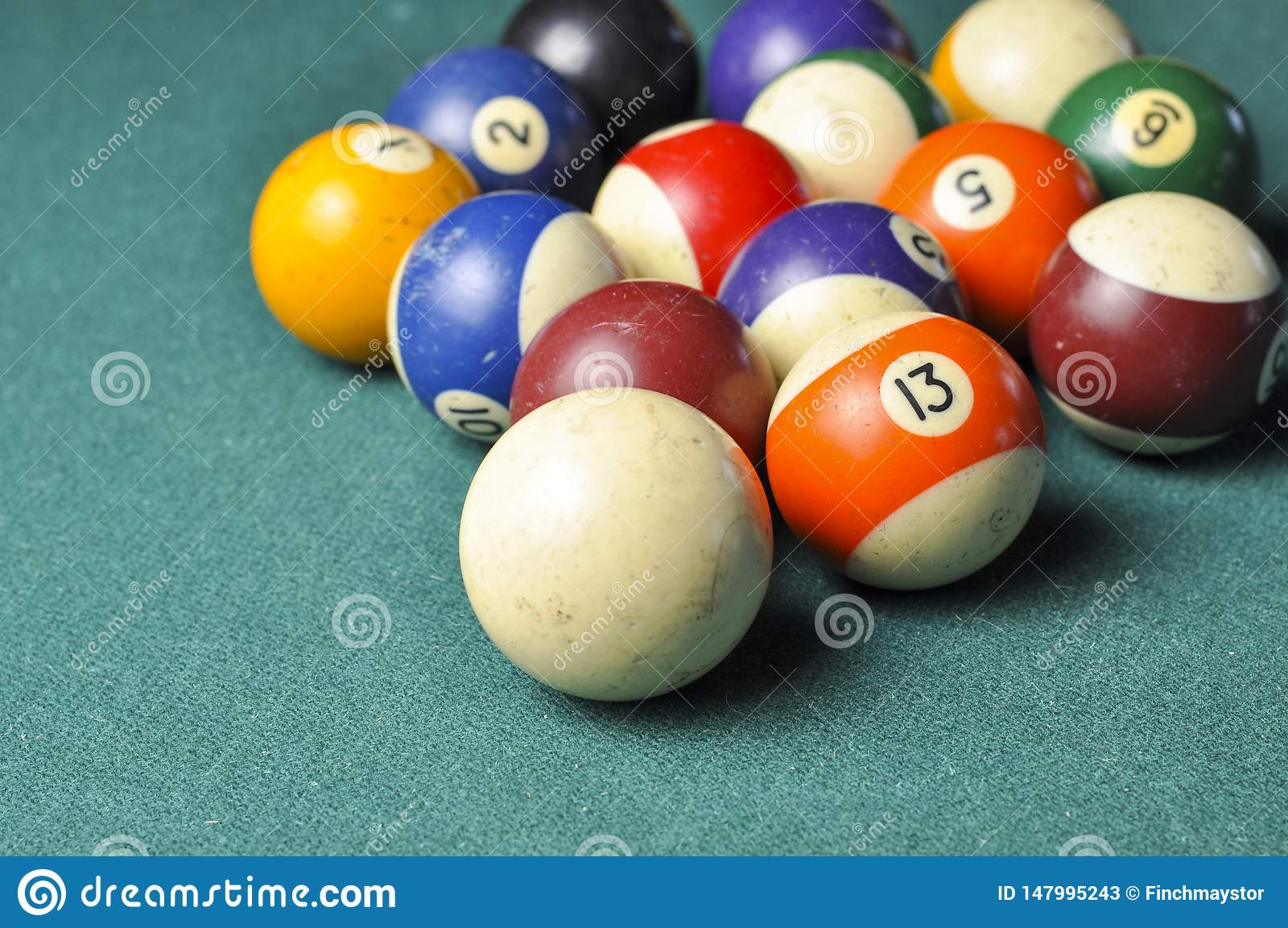 Vieja composición de las bolas de billar en la mesa de billar verde