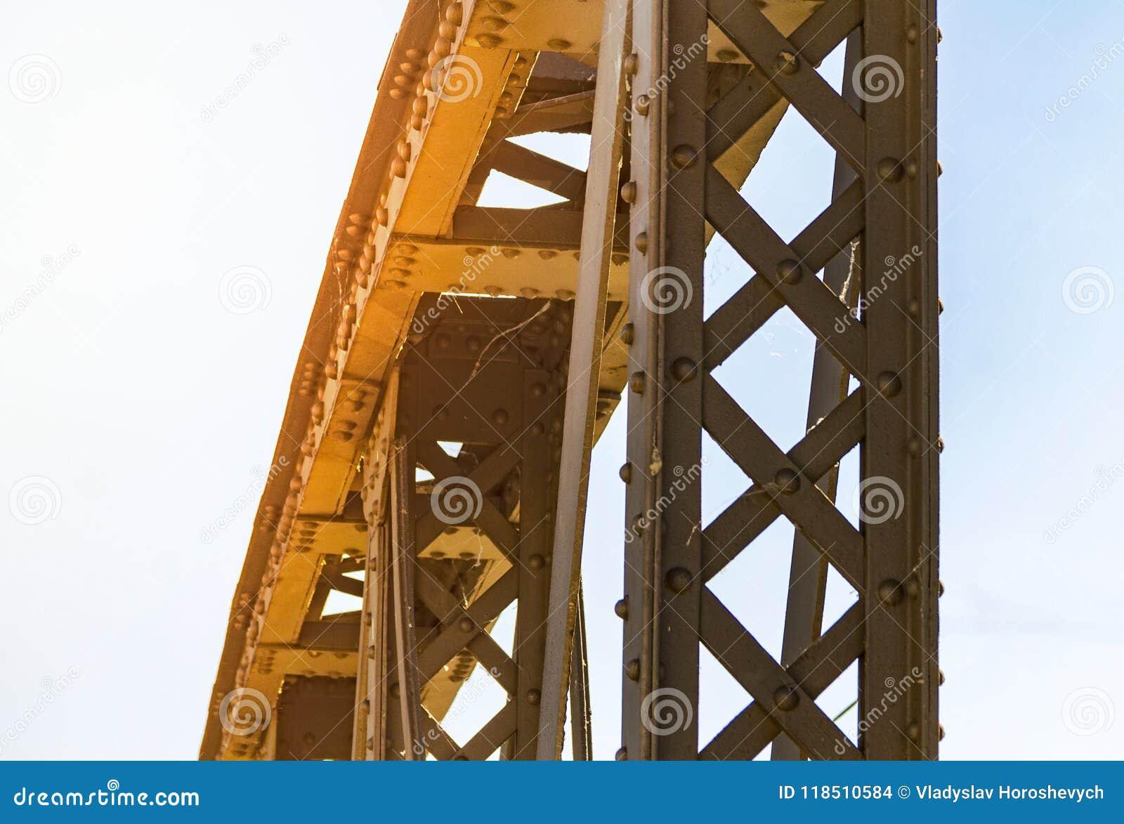 Vieja conexión en los remaches, construcción metálica del metal del puente,