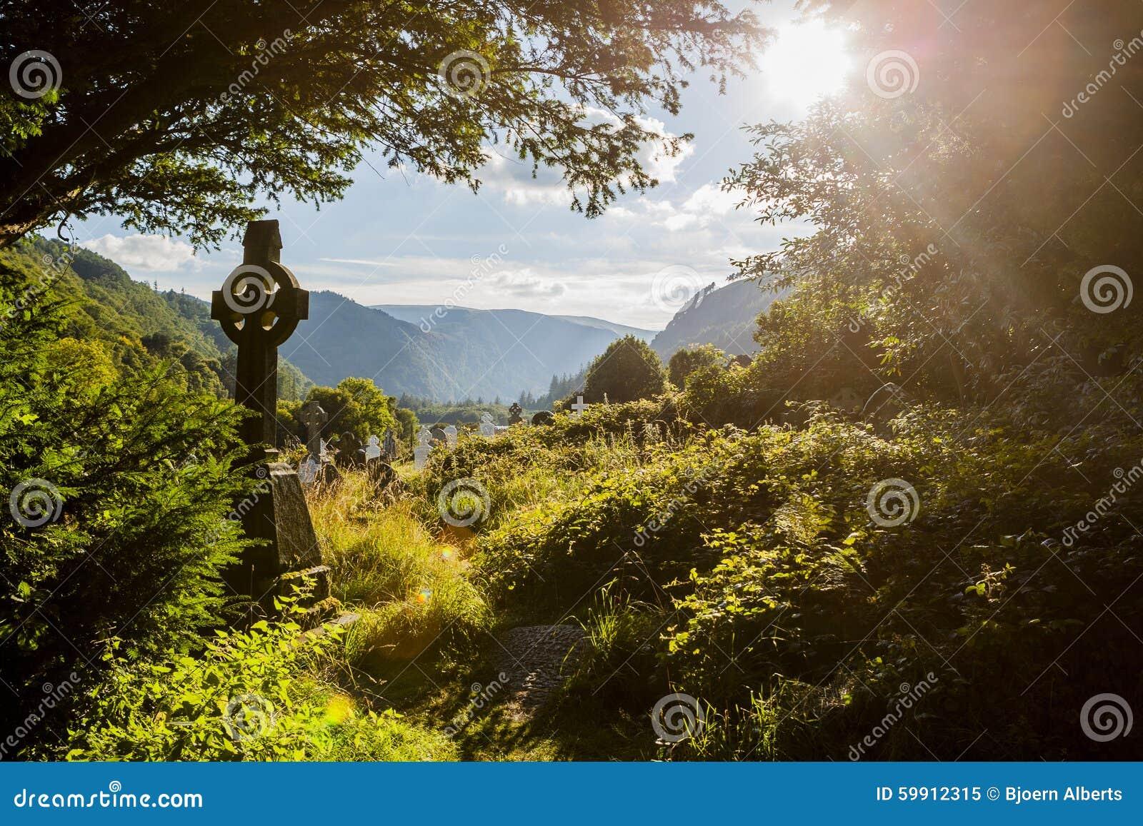Vieja cruz céltica en Glendalough, montaña de Wicklow, Irlanda