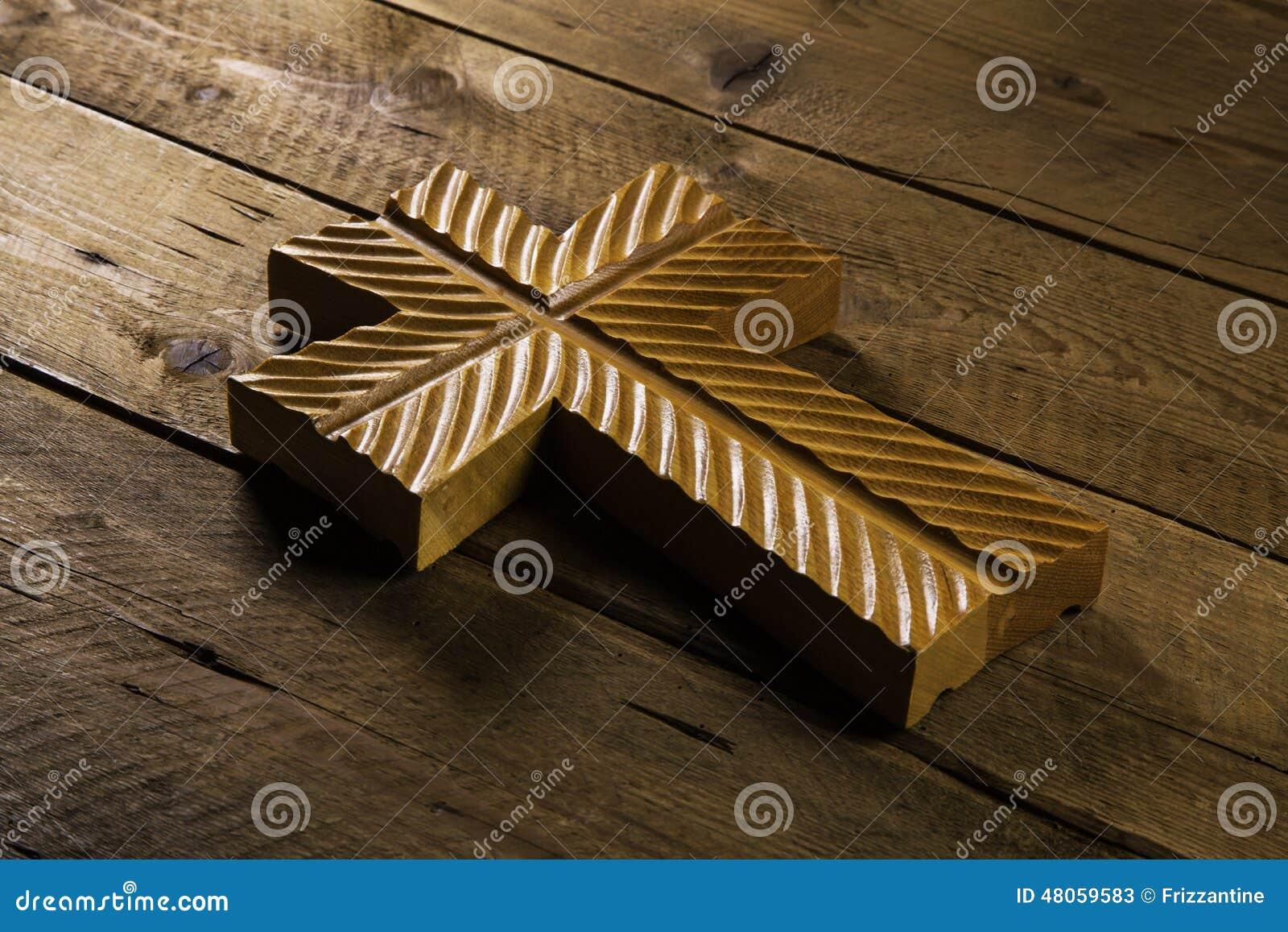 Vieja cruz en el fondo de madera para los conceptos del luto o de la muerte