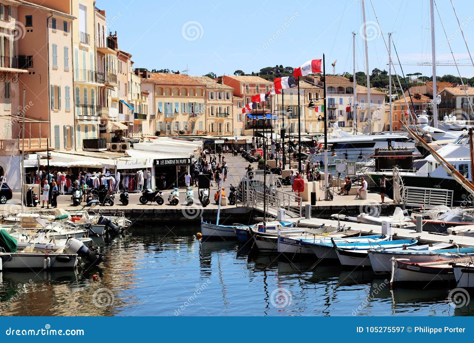 Vieja escena de la calle del puerto de Saint Tropez en verano