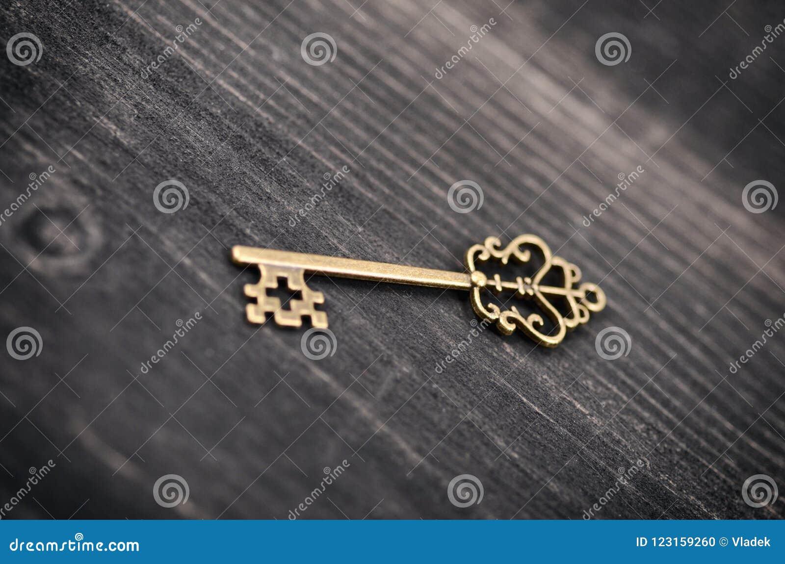 Vieja llave del vintage en un fondo de madera