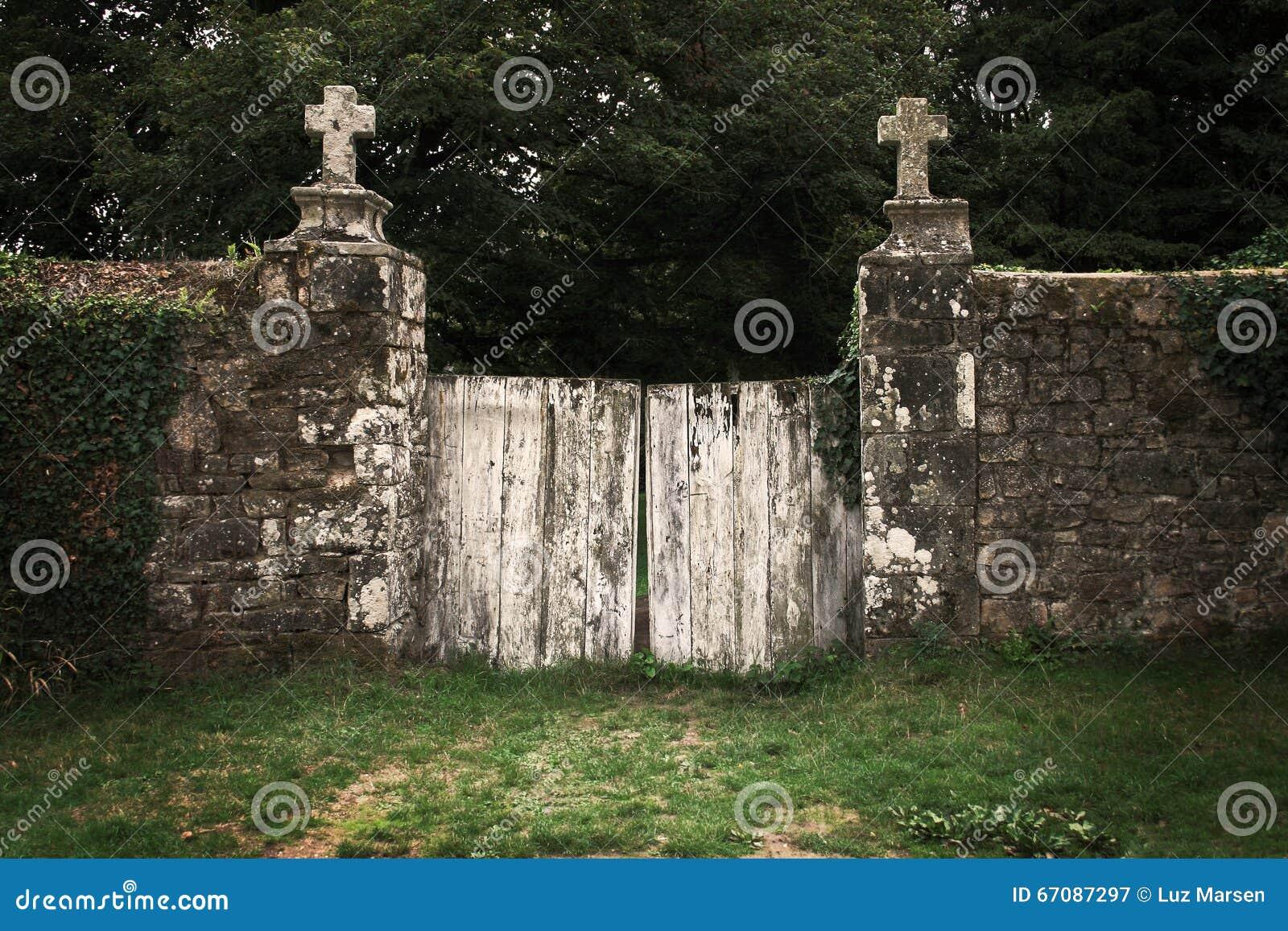 Vieja puerta del cementerio foto de archivo imagen 67087297 for Cementerio parque jardin la puerta