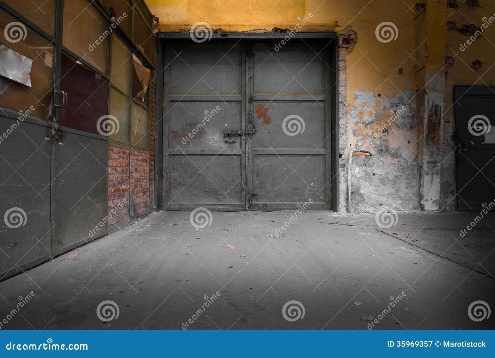 Vieja puerta industrial del metal
