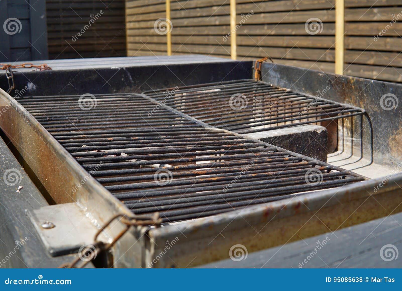 Vieja rejilla negra vac a de la parrilla lista para asar a - Parrillas para asar carne ...