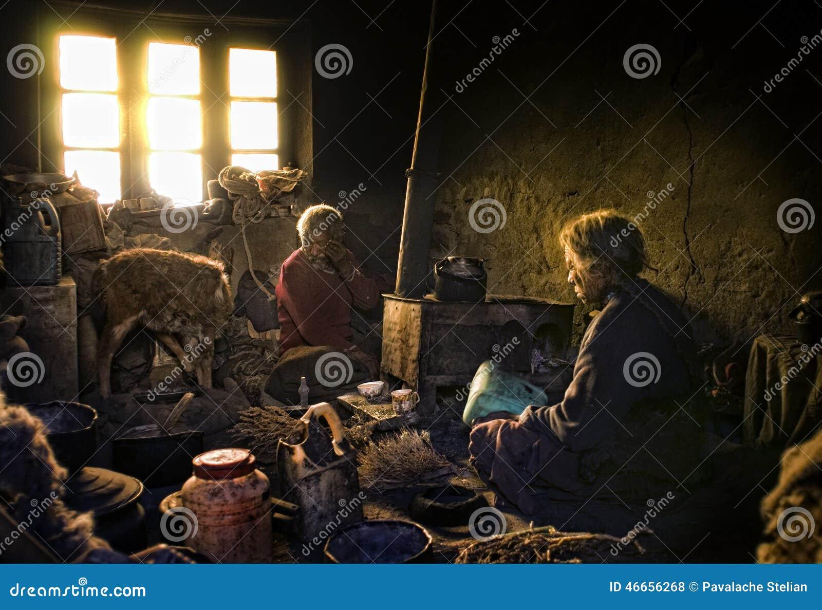 Vieja y pobre gente del pueblo de Korzok, Ladakh