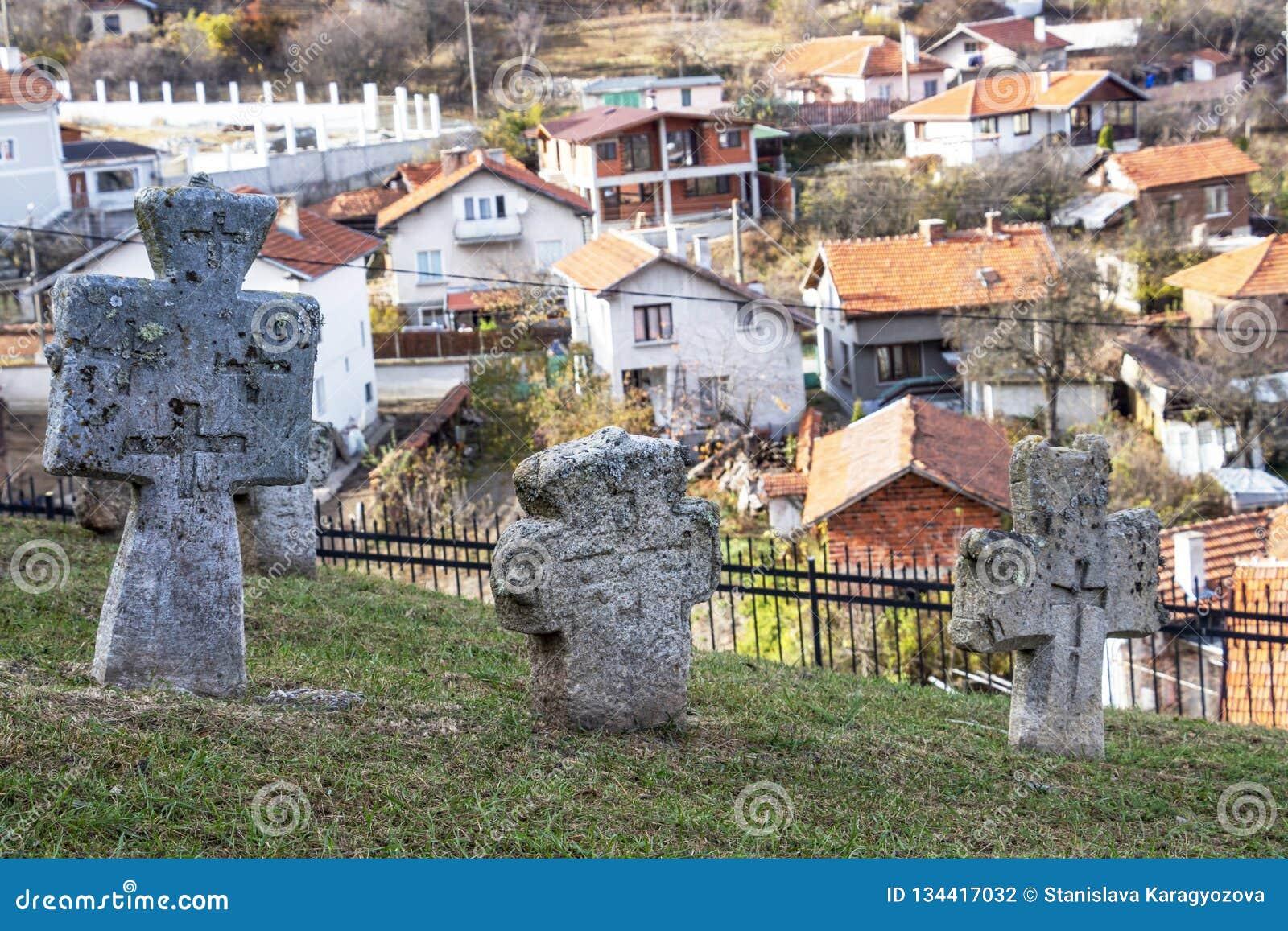 Viejas cruces en el cementerio de la iglesia del St Petka en la fortaleza de Tsari Mali Grad en el pueblo de Belchin, Bulgaria
