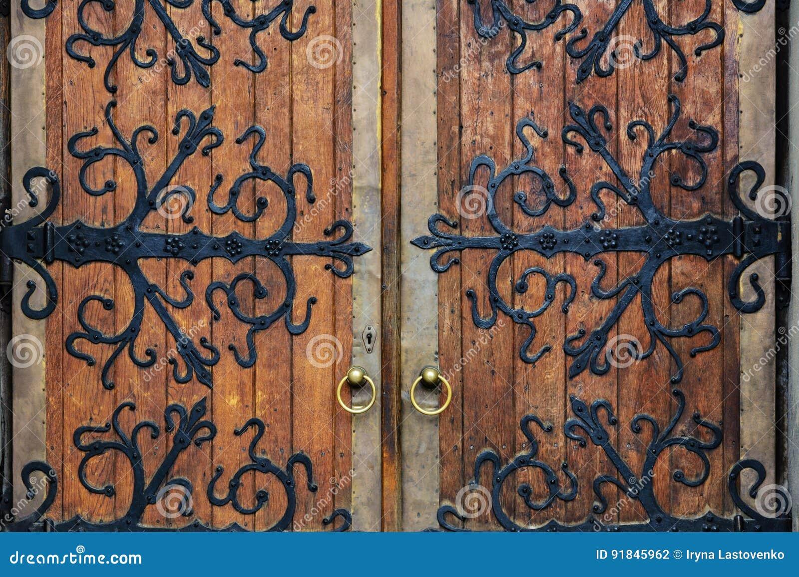Viejas puertas del labrado-hierro