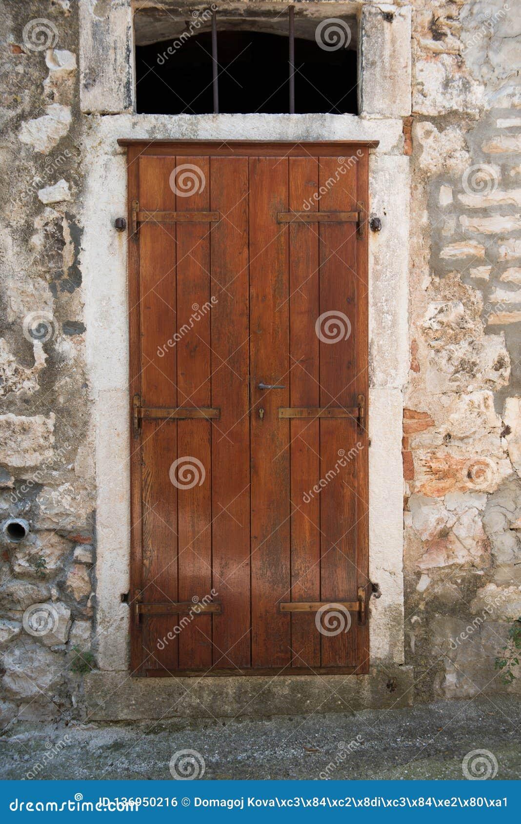 Viejas Puertas Principales De Madera Marrones En Casa De Piedra