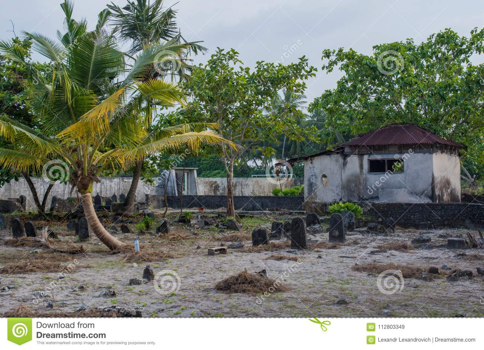 Viejo cementerio espeluznante con la cripta y sepulcros en la isla local tropical Fenfushi