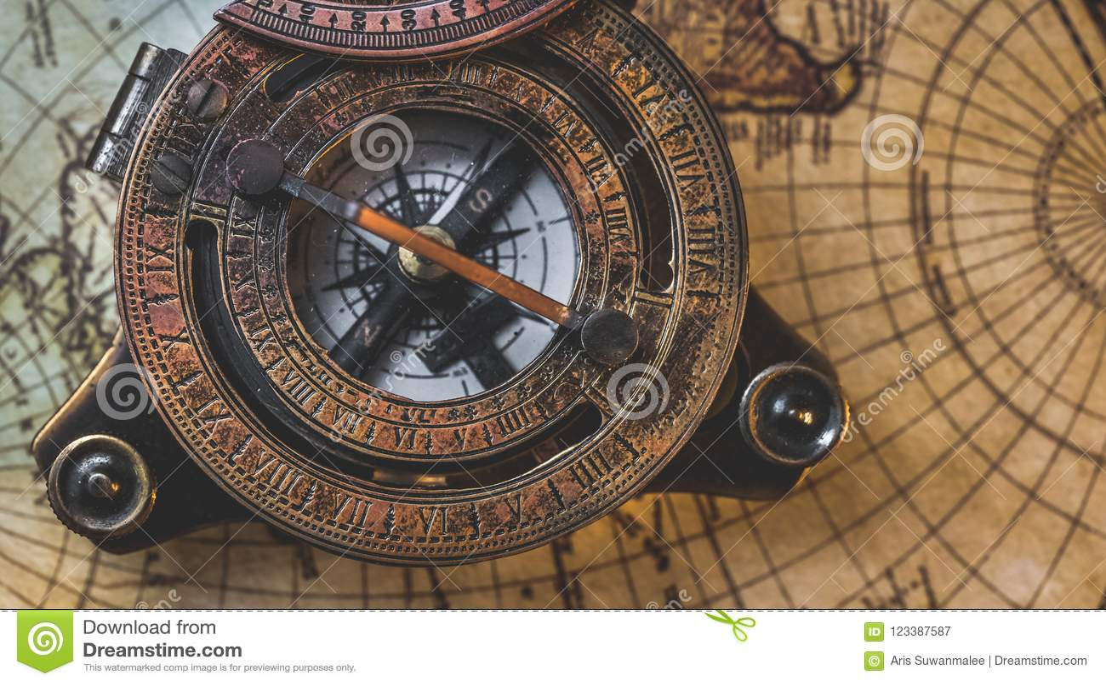 Viejo compás en mapa del mundo