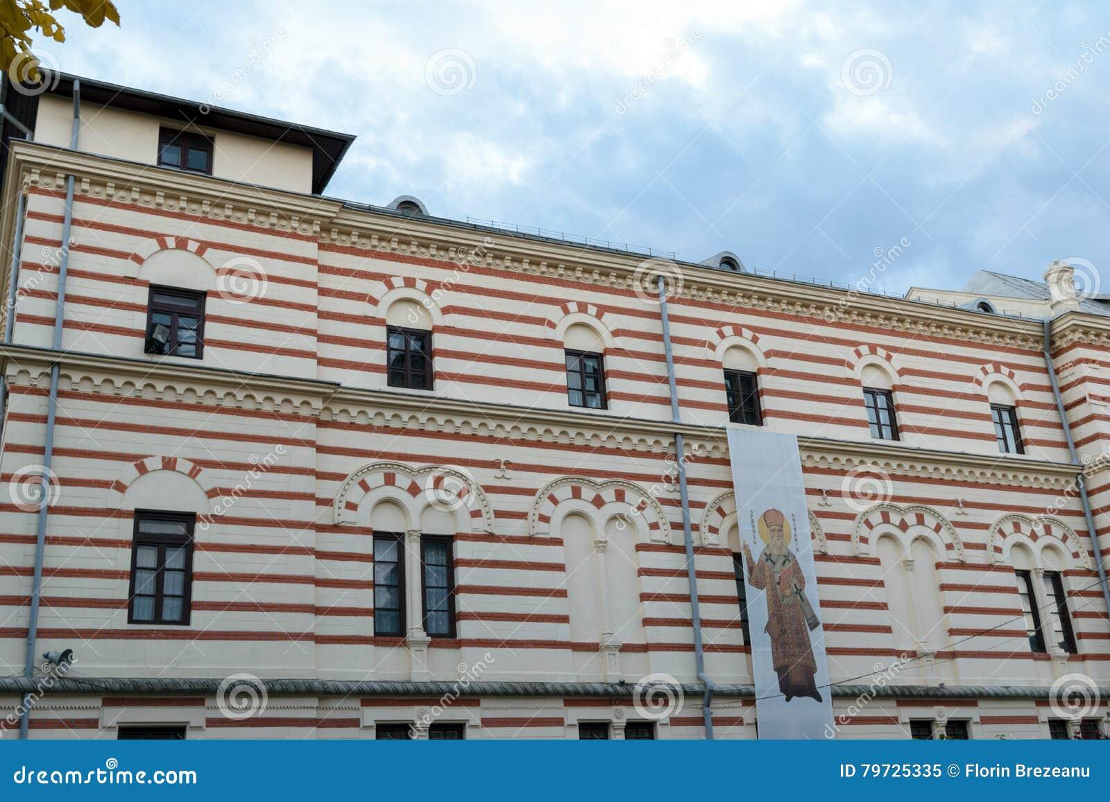Viejo façade clásico del edificio de la arquitectura situado en el santo