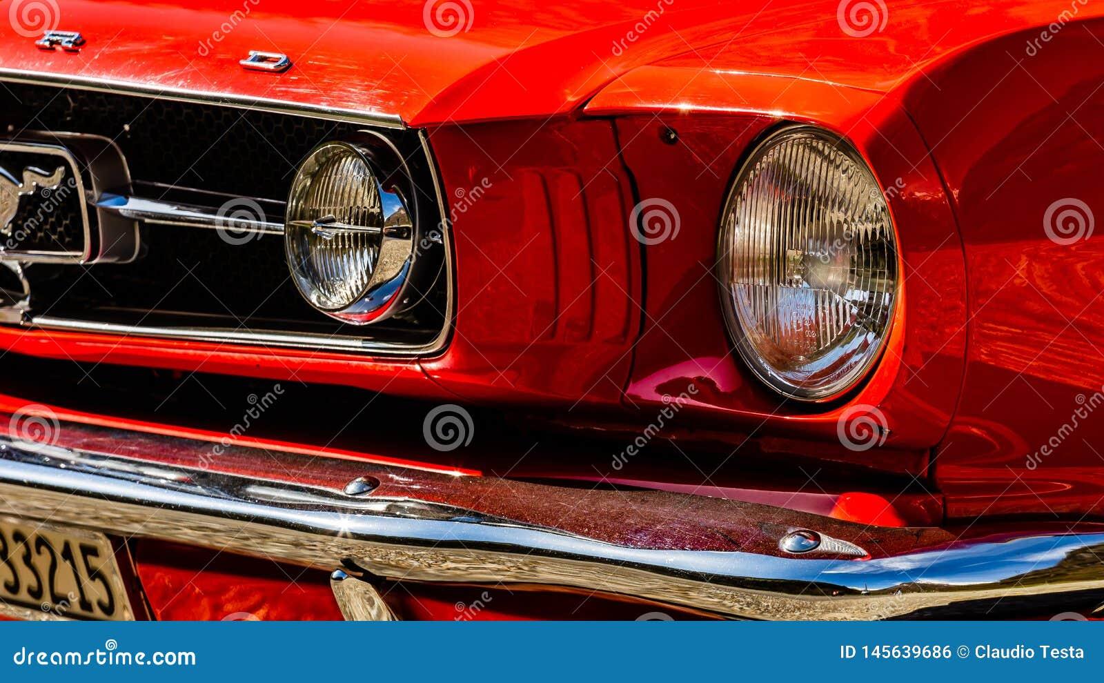 Viejo Ford Mustang rojo