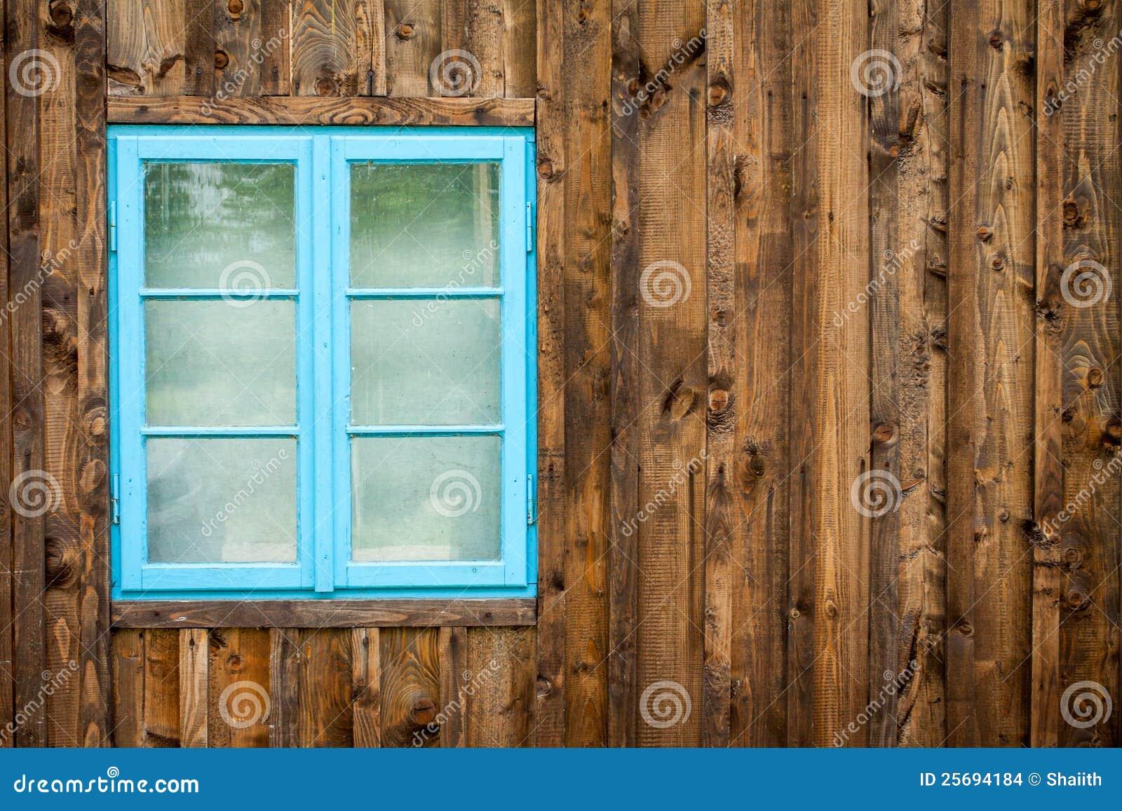 Viejo hogar con la ventana azul
