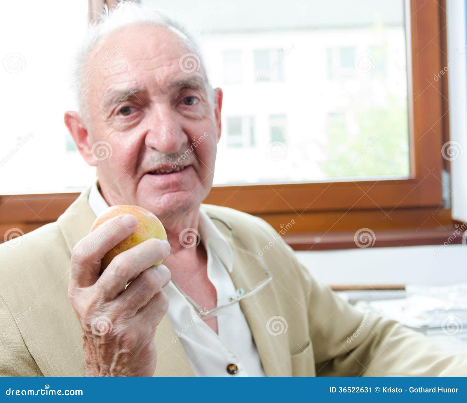 Viejo hombre con la manzana