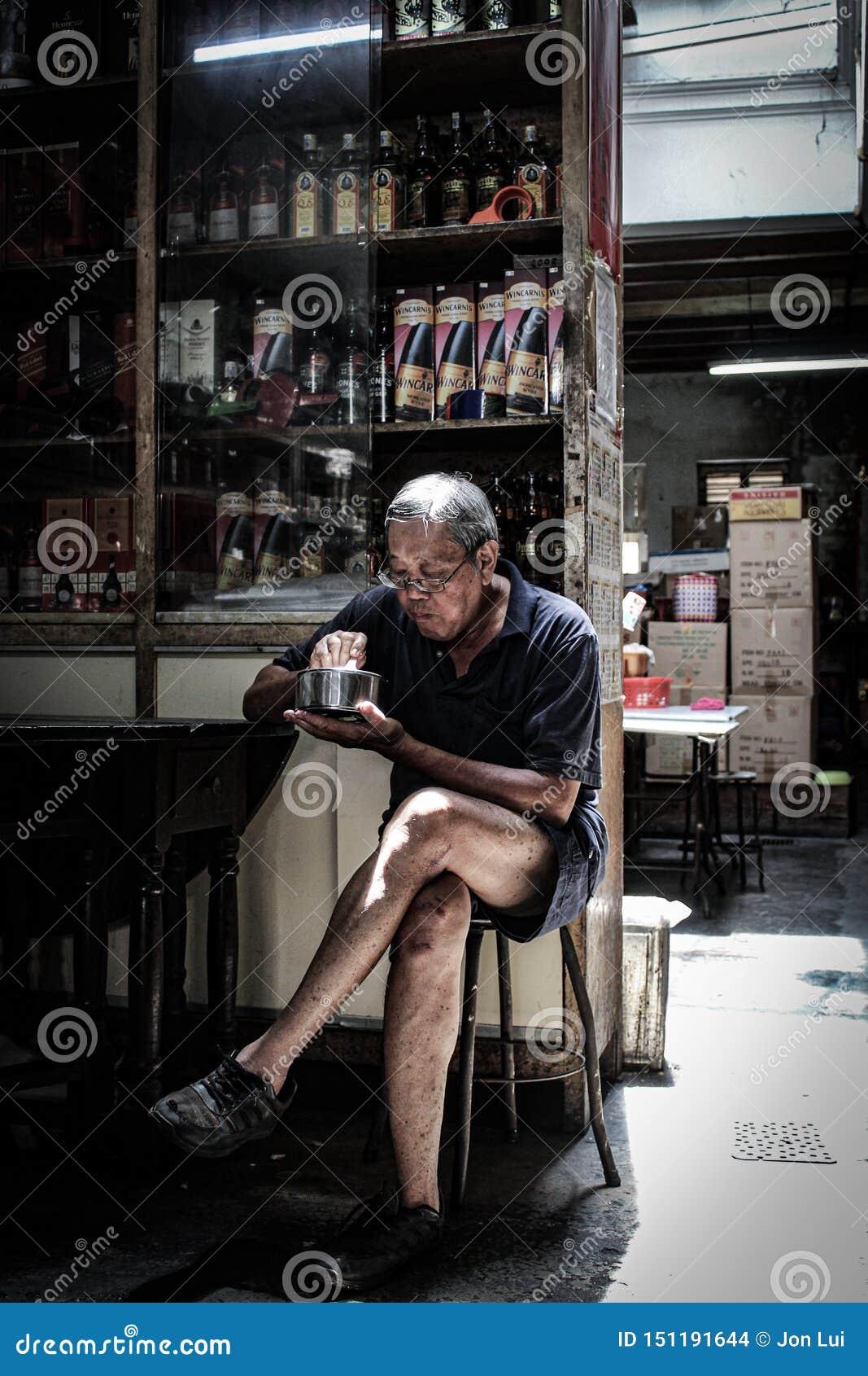 Viejo hombre con vieja vida