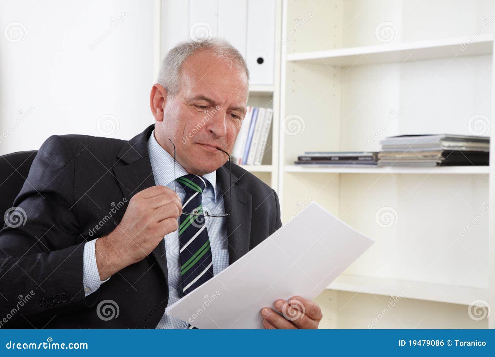 Viejo hombre de negocios en oficina