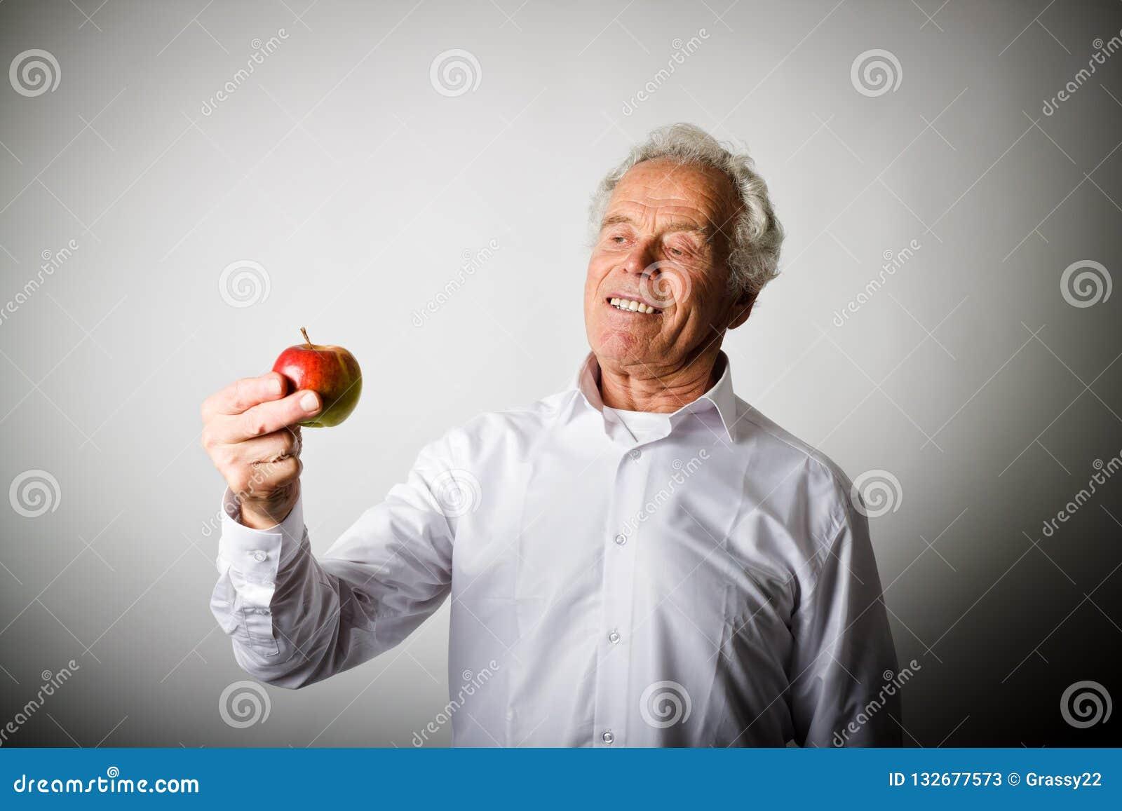 Viejo hombre en blanco y manzana