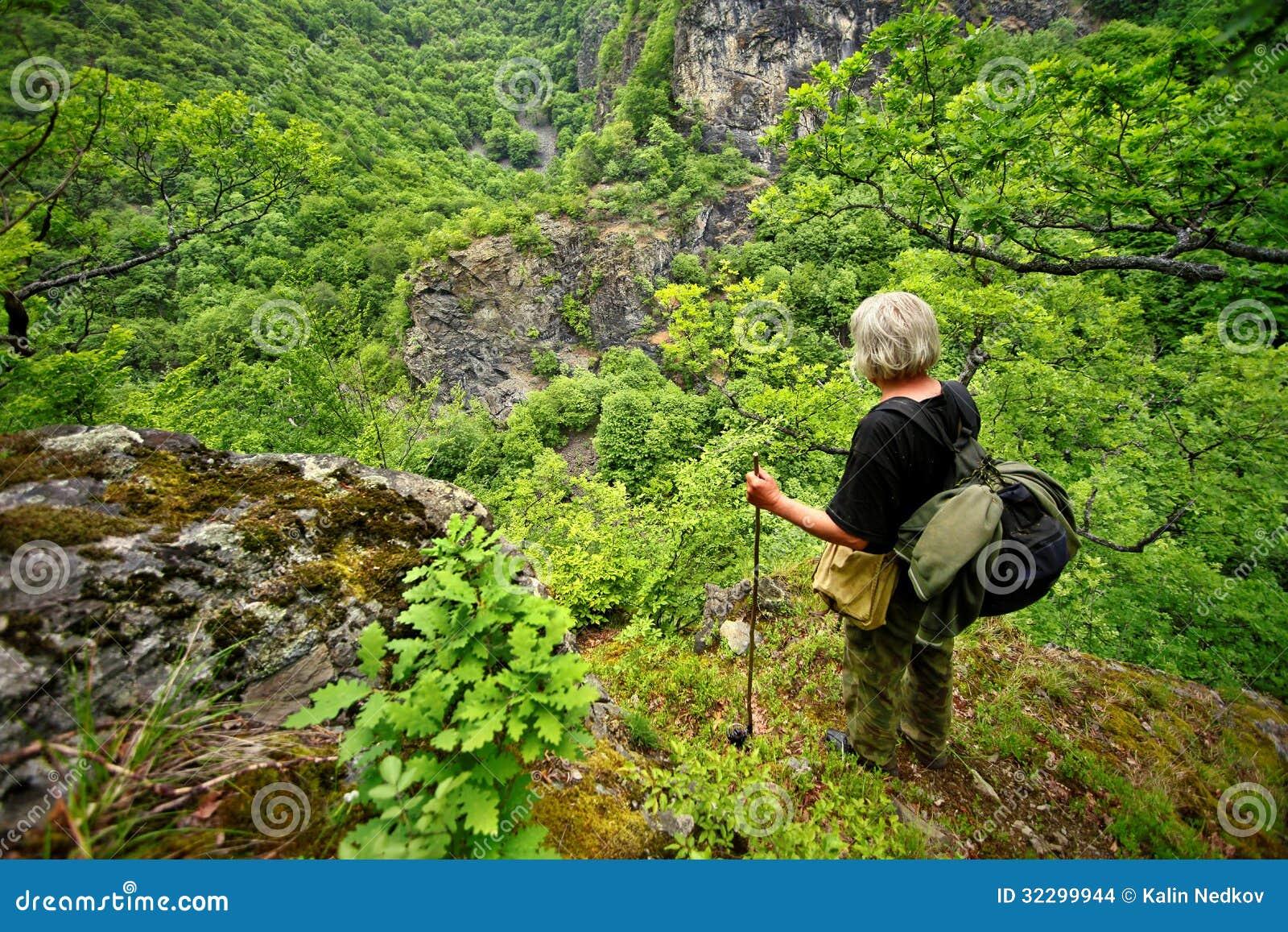 Viejo hombre en la montaña