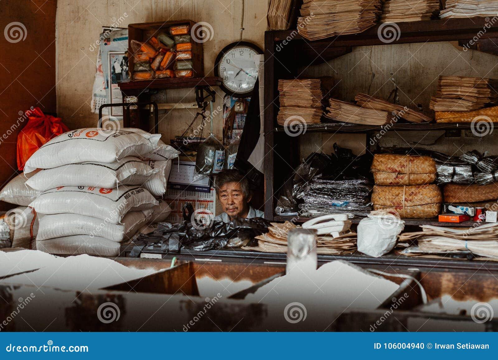 Viejo hombre en su tienda vieja