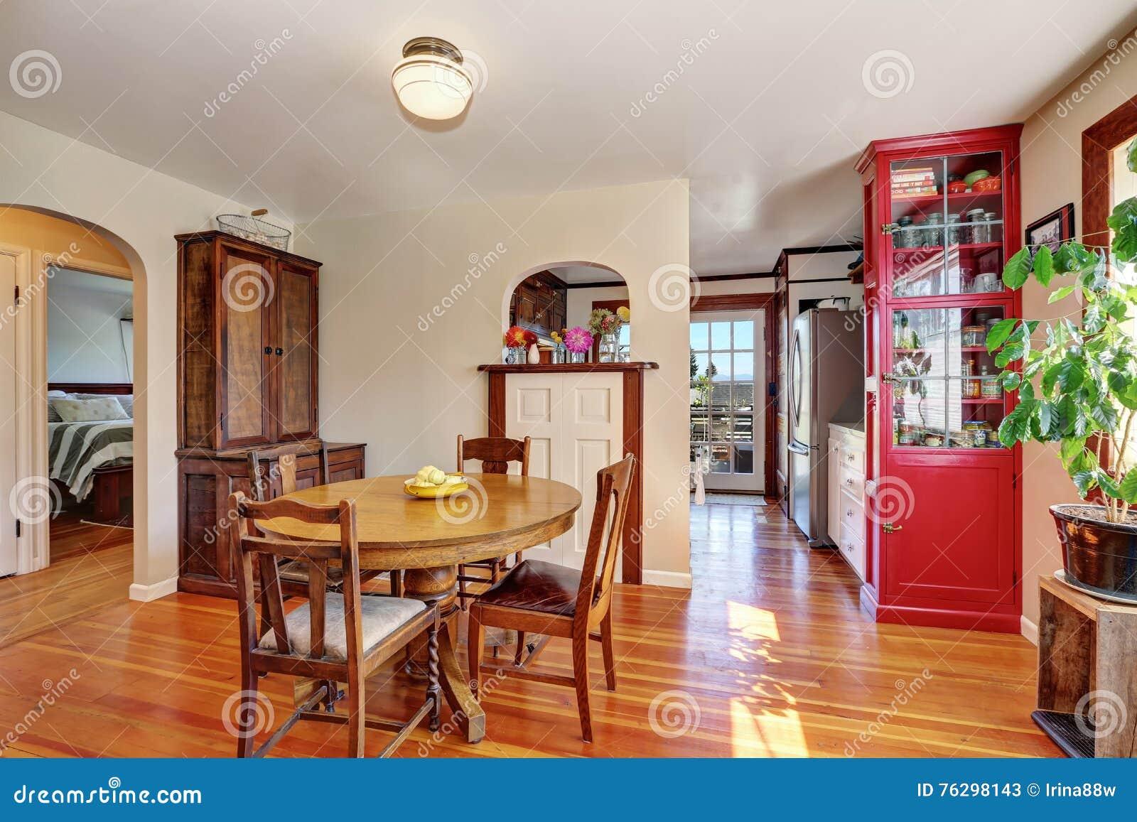 Viejo Interior De La Casa Comedor Con Muebles Antiguos Imagen de ...
