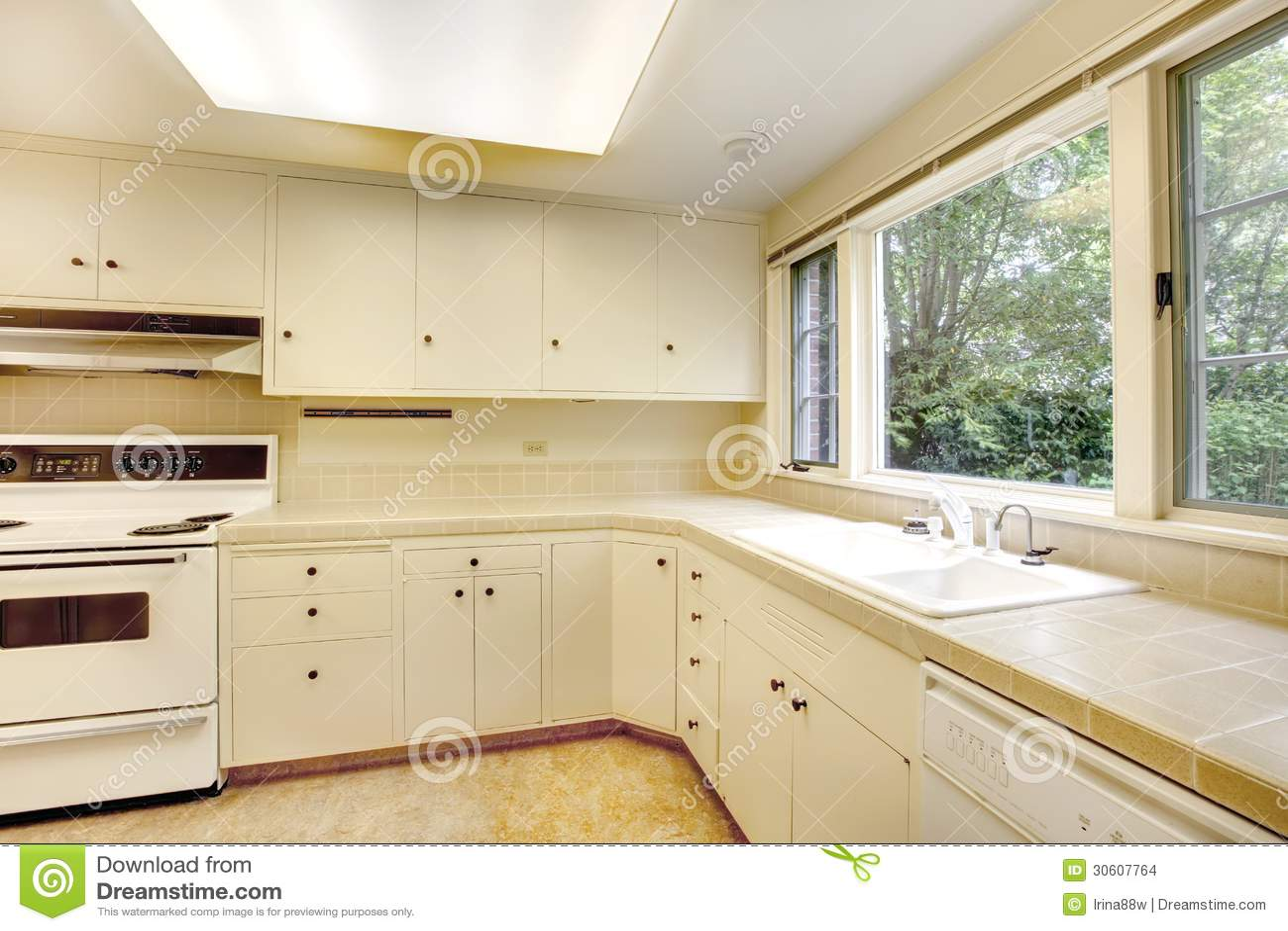 Viejo interior simple blanco de la cocina en casa - Casas americanas interiores ...
