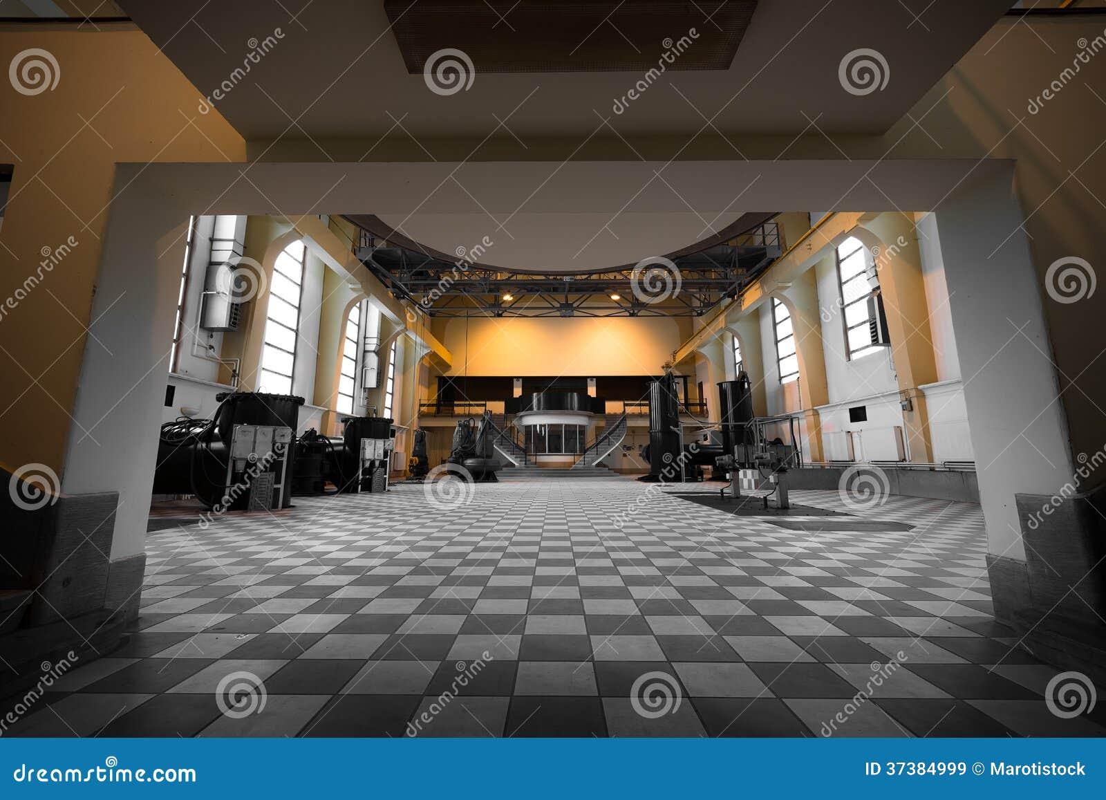 Viejo interior vacío abandonado del edificio industrial