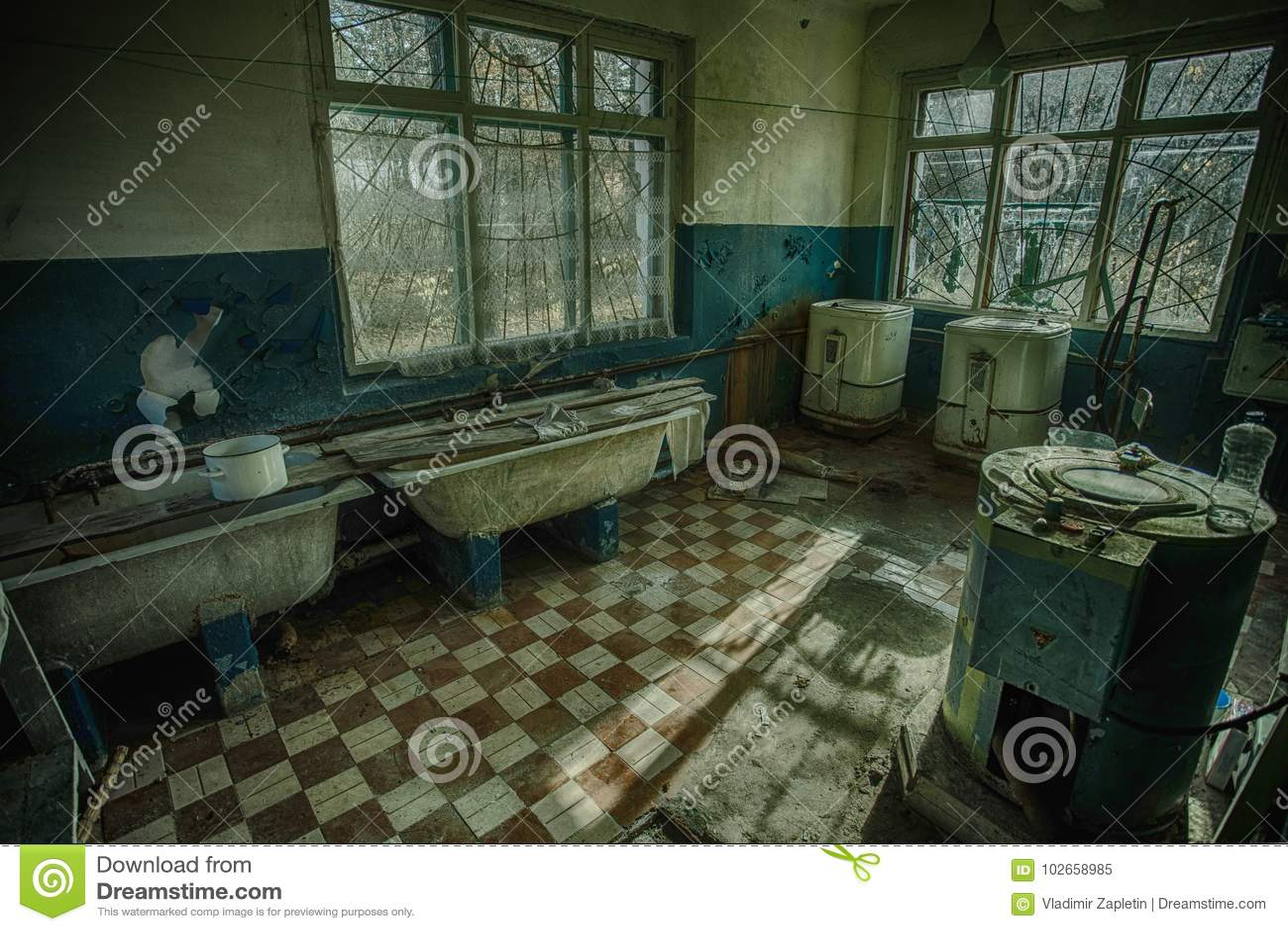 Viejo lavadero siniestro y espeluznante en un hospital psiquiátrico abandonado